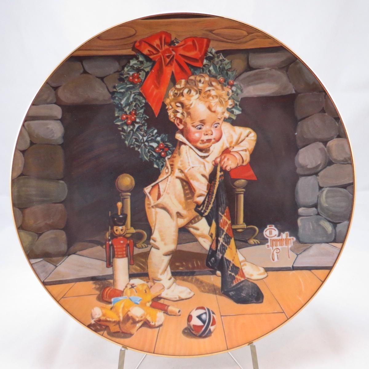 Декоративная коллекционная тарелка Рождественское утро. Фарфор, деколь, золочение. США, RidgeWood Fina China, Джозеф С. Лейендекер, 1975 декоративная коллекционная тарелка мисс америка 1975 фарфор деколь золочение сша ridgewood 1975