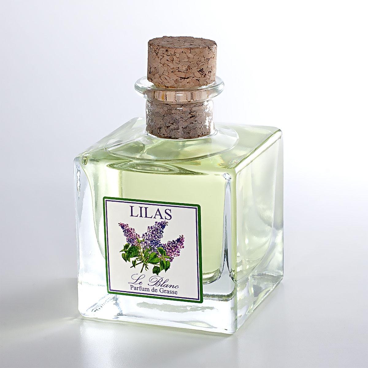 Ароматический диффузор Le Blanc СиреньBP14Нежные и утончённые цветы сирени – это гимн самой весне и расцвету жизни. И аромат сирени проникнут терпкостью и свежестью весны, дурманящим запахом майских гроз. Пронизывающий и всепоглощающий запах переносит нас в сказочные видения, в удивительный сад, где кусты сирени поражают наше воображение своим многоцветьем и насыщенностью разнообразных расцветок.Психо-эмоциональное воздействие: Упоительный аромат сирени действует на нашу психику ободряюще и тонизирующе, улучшает настроение, насыщает его пьяняще-восторженными нотами. Запах сирени не сравнится ни с чем, и, вдыхая его, вы приобретёте поистине весеннее, по-настоящему сиреневое настроение!Магические свойства: Аромат сирени очищает нашу ауру и энергетику от всякого негатива. Сиреневое благоухание дарит благополучие в семье и гармонию в отношениях, а незамужним девушкам помогает быстрее обрести суженого.Диффузор, упакованный в подарочную коробку, будет отличным подарком. В комплект входит емкость с жидкостью в выбранном объеме, тростниковые палочки, картонная коробочка.