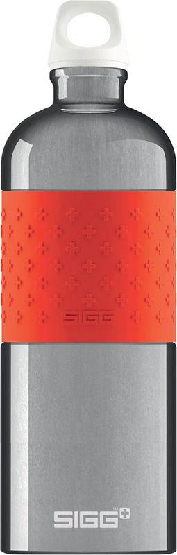 Бутылка для воды Sigg Cyd Alu, 8549.00, красный, 1 л8549.00Швейцарская фирма Sigg - мировой лидер в изготовлении алюминиевых фляг и термобутылок. Изначально бутылки Sigg приобрели популярность среди альпинистов и туристов благодаря своему качеству и долговечности. Сегодня Sigg предлагает широкий ассортимент функциональных и модных бутылок для всех сфер жизни. Недавно компания расширила ассортимент своей продукции высококачественными бутылками для воды из полипропилена, стекла и прочного пластика Tritan. Высочайшее качество, малый вес, стильный дизайн и широкий ассортимент продукции делают Sigg незаменимыми для всех любителей активного образа жизни. Особенности фляг и термобутылок Sigg: Надежная крышка открывается одним движением, препятствует утечке и защищает от попадания в ваш напиток пыли и грязи. Внутренняя часть емкости обработана универсальным экологичным покрытием. Удобная форма и приятное на ощупь покрытие корпуса. Стильный ультрамодный дизайн каждой фляги и термобутылки придется по вкусу даже самым привередливым покупателям, от малышей и до спортсменов. Элегантная алюминиевая бутылка для воды Sigg CYD Alu с цветной нескользящей вставкой для удобного захвата рукой станет идеальной спутницей ваших тренировок. Бутылка изготовлена из высококачественного алюминия, что делает ее легкой и прочной. Корпус бутылки не имеет швов. Качественное внутреннее покрытие устойчиво к окислению и не содержит бисфенол.