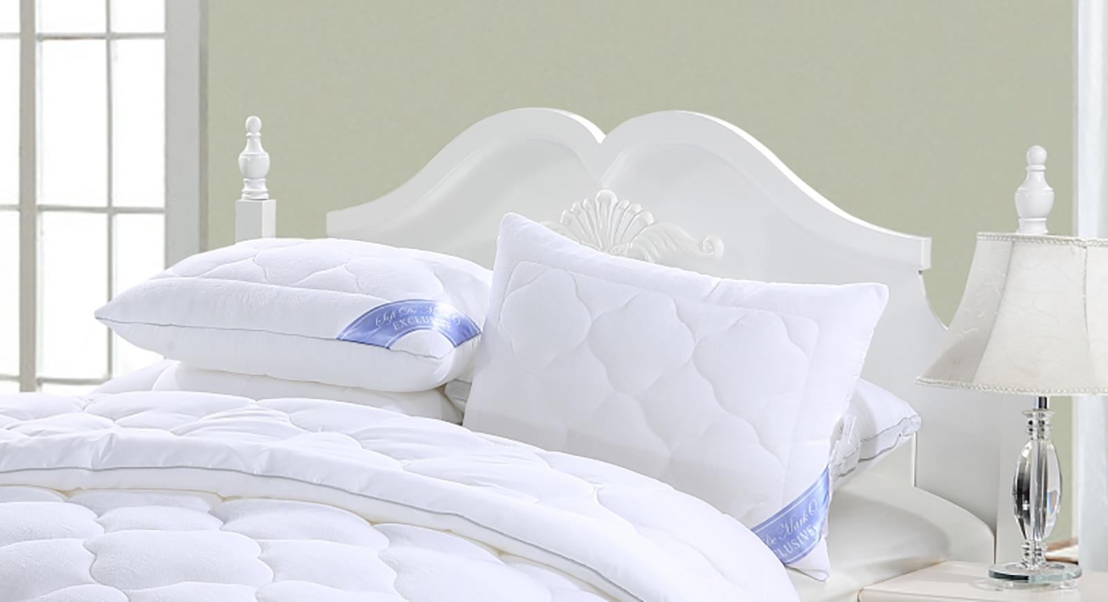 Подушка Sofi de Marko Эксклюзив Подушка 50х70, П-0002-50х70П-0002-50х70Верхняя часть одеял и подушек Эксклюзив имеет махровую основу, которая лучше поглощает влагу, обладает высокой износоустойчивостью и прочностью, хорошо сохраняет форму. Наполнитель состоит из множества скрученных микроволокон, между которыми остается воздушное пространство, что позволяет наполнителю дышать. Одеяло великолепно стирается, быстро высыхает и не теряет объем.