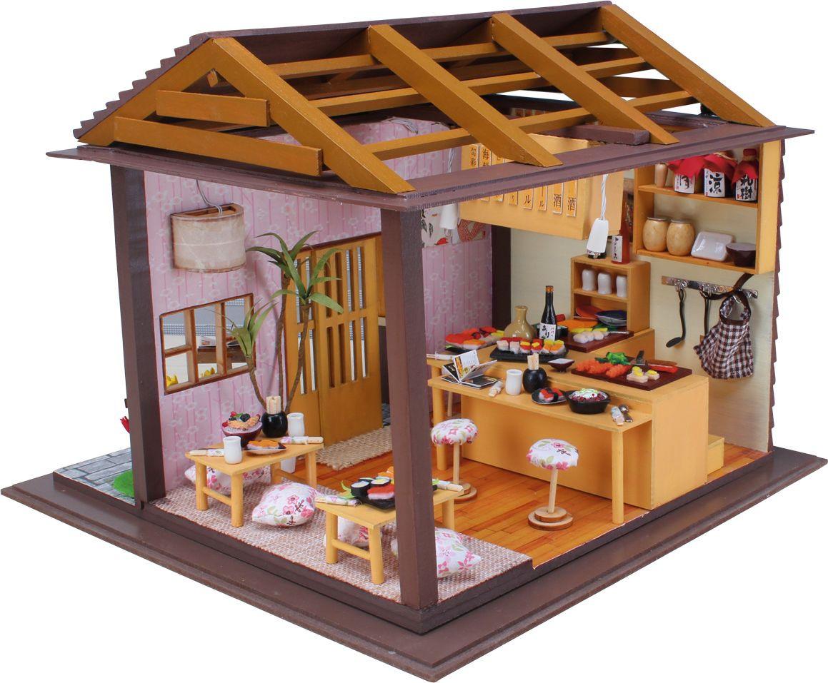 Модель миниатюра Hobby Day 9-58-0113799-58-011379Интерьерный конструктор обладает высокой детализацией и реалистичностью: здесь есть вся необходимая мебель, лампа, люстра, фотографии на стенах и даже комнатные растения, а на полу лежат дорожки. Создание кукольных домиков - кропотливое и тонкое занятие. В набор входит всё необходимое для создания миниатюрной комнаты. Каждая деталь из набора требует сборки и доработки, что гарантирует уникальность вашего изделия. Соберите комнату своей мечты!