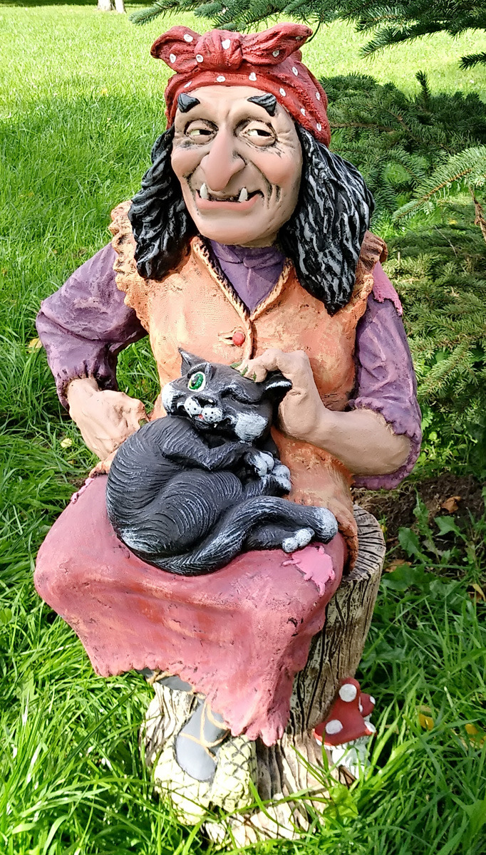 Фигурка садовая Баба-Яга на ступе с котом, Ф011
