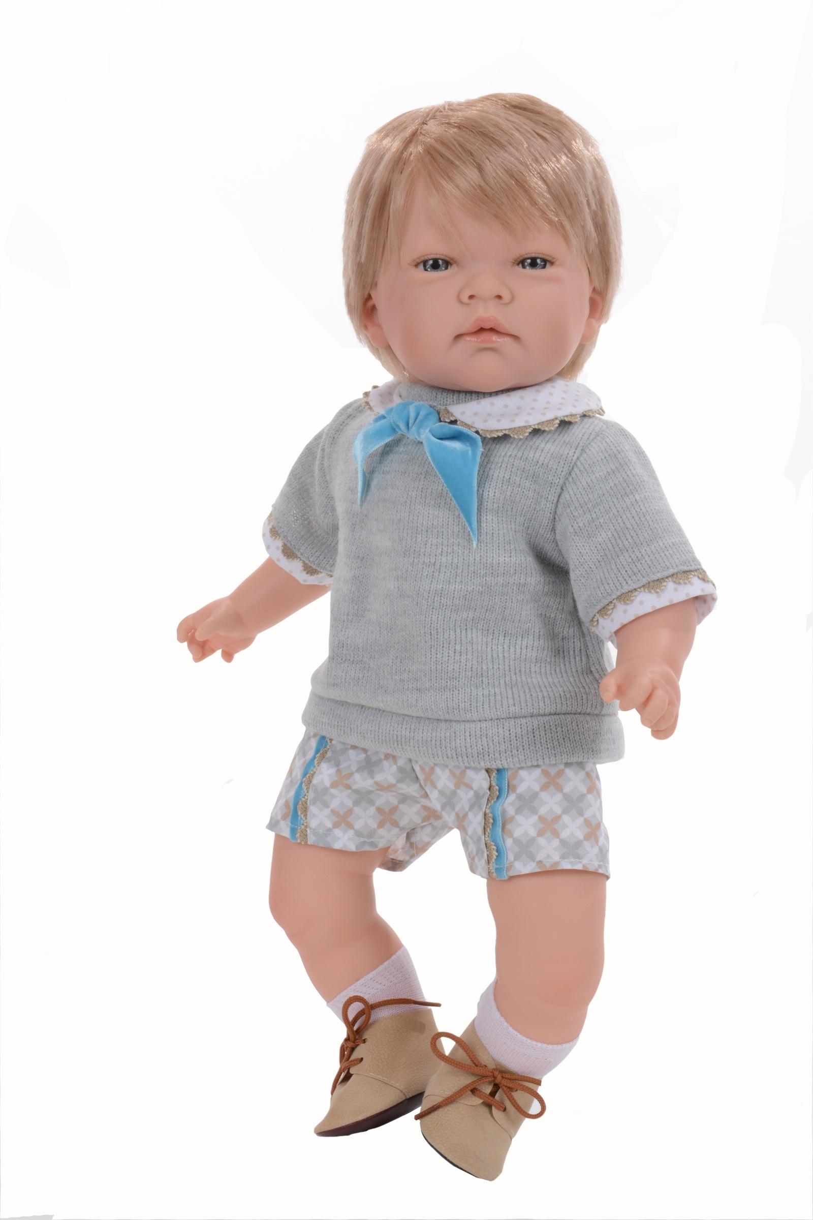 Кукла Nines DOnil CELION1401Мальчик мягко-набивной (очень приятный на ощупь). Ручки, ножки и голова из винила. Блондин, прошивка по всей голове (не парик). На ручках и ножках имеются складочки, как у настоящего ребенка. Куколка имеет легкий аромат ванили, со временем запах становится слабее.У малыша серые, акриловые глазки с длинными ресницами (не закрываются). Внутри мягкого тела вложен звуковой механизм, если нажать на животик - кукла начнёт смеяться (чтобы кукла воспроизводила звуки, нужно удалить пластиковую защиту в механизме). Одет - серые шорты с рисунком, белая рубашка, серая вязаная кофта на завязке, на ножках белые вязаные носочки и бордовые кожаные ботинки на шнуровке. Одежда вся снимается. Все куколки 100% оригинал, имеют фирменное клеймо, сертификат соответствия, бирочка на одежде. Рост 45см. Упаковка - фирменная подарочная коробка. Производитель - Испания ( Nines D'Onil ).