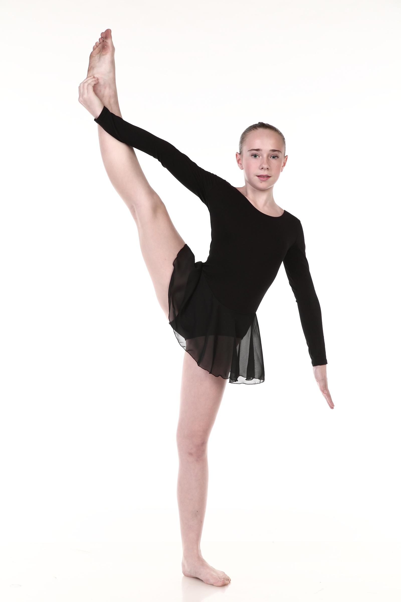 Гимнастический купальник Chersa, цвет: черный. Размер 367838_черный_36Классический купальник для занятий танцами, гимнастикой, балетом и ритмикой выполнен из высококачественного хлопка с добавлением лайкры. Купальник имеет длинный рукав, круглый вырез горловины и глубокий вырез на спинке. Короткая юбочка солнце выполнена из шифона.