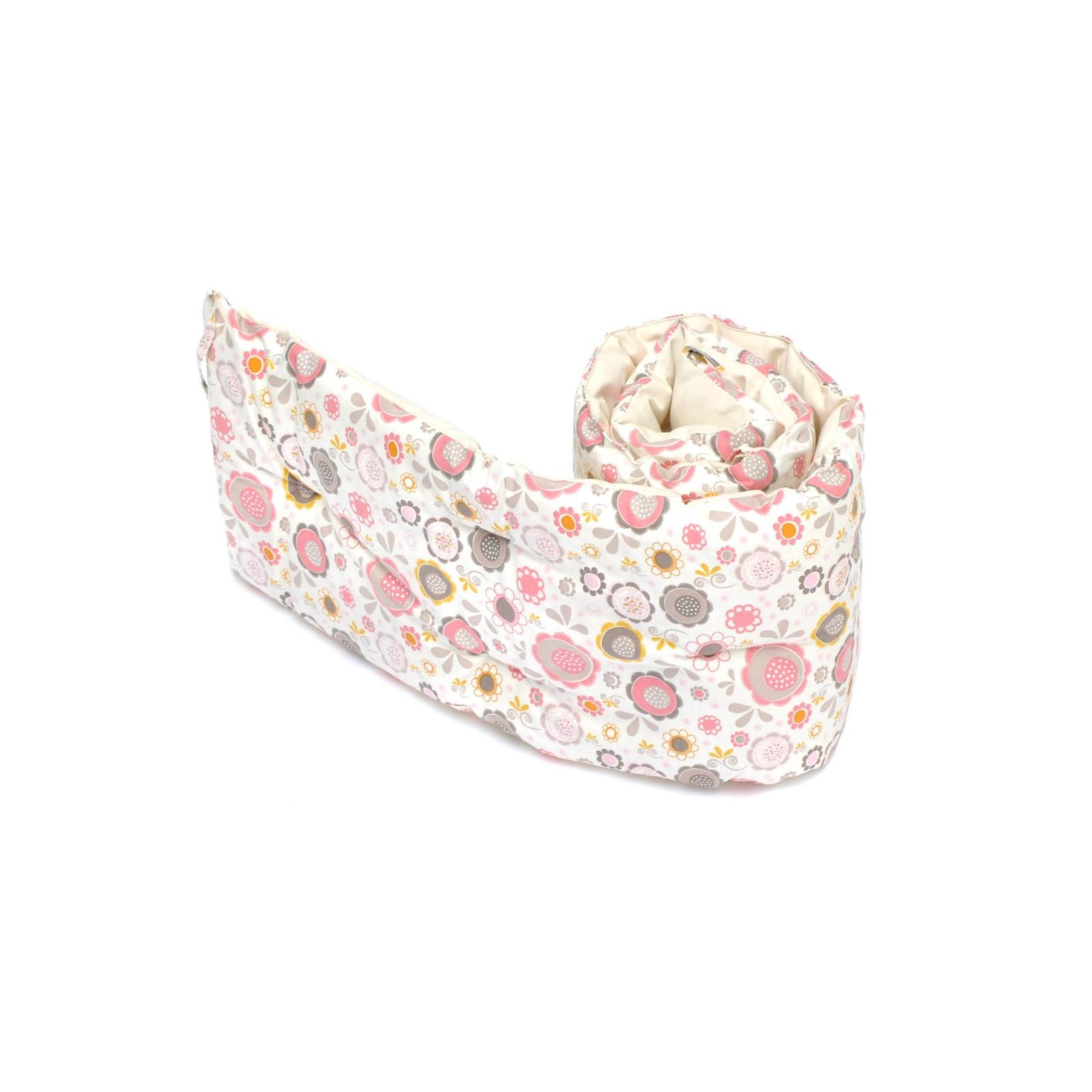Бортики-подушки в кроватку HoneyMammy Small Pink Bubbles SB-PB-40, разноцветный, 180 х 25 смSB-PB-40Бортики-подушки в детскую кроватку (длина 180 см, высота 25 см) от компании HoneyMammy сделаны из качественного европейского хлопка в сочетании с воздушным наполнителем - шариками hollowfiber. Его внутренняя часть, которая может соприкасаться с нежной кожей малыша, выполнена из неокрашеного 100% хлопка для того, чтобы при контакте с кожей не вызывать негативных реакций, таких как аллергия или кожные раздражения. Для наружной части бортика используется 100% хлопок европейского производства с детскими принтами, которые не смогут не понравиться вам или вашему малышу. Важной деталью данного аксессуара является внутренний наполнитель – hollowfiber, обладающий рядом полезных свойств: он хорошо проветривается, не имеет запаха, не скатывается и не усаживается после стирки.
