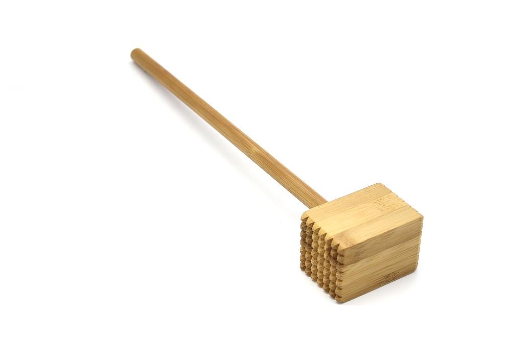 Молоток для отбивки мяса Катунь, КТ-ММ-01, бамбук, 67*45*330 ммКТ-ММ-01Молоток для отбивания выполнен из натурального бамбука. Бамбук это природный экологичный материал. Он легче металлического молотка, но ничуть не уступает ему в ударостойкости. Во избежание сокращения срока службы и ухудшения внешнего вида не рекомендуется мыть молоток в посудомоечной машине, оставлять надолго в воде, а также пересушивать. После мытья необходимо протереть и дать высохнуть.