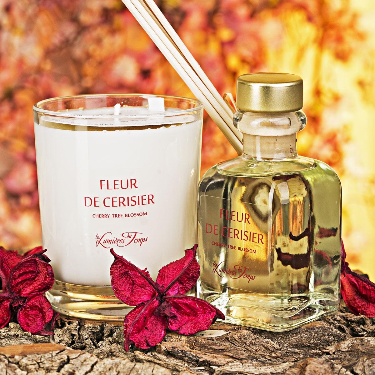 Подарочный набор Les Lumieres du Temps Цветок вишни: аромадиффузор, 100 мл + ароматическая восковая свеча, 180 г + тростниковые палочкиCOF2 CSFLEUR DE CERISIER / ЦВЕТОК ВИШНИ (вишня-жасмин-ваниль) Этот женственный и цветочный аромат перенесёт вас в сладкий мир засахаренной вишни в сочетании с великолепными жасмином и ванилью.Цветок вишни, он же аромат Женственности. Окунет Вас в лето, в сад с цветущим жасмином, где ярко светит солнышко, которое согревает Вас теплыми лучами. Аромат спелой вишни добавляет изюминку сладости, что еще больше позволяет раскрыться жасмину. Присутствие ванили, только подчеркивает этот букет, ведь ваниль – это Королева афродизиаков!В подарочный набор входят: аромадиффузор (100 мл), ароматическая восковая свеча (180 гр), тростниковые палочки, деревянная коробочка, декоративные наполнители.Во главу всего фабрика LUMIERE ставит ремесленное ручное производство, использование первичных материалов исключительно высшего качества (растительный воск, эссенции из Грааса, фитили из хлопка, БЕЗСПИРТОВЫЕ диффузоры). Ассортимент ароматов насчитывает более 60 уникальных вариантов!Благодаря воску натурального происхождения, свечи при горении не дымят и не оставляют копоть.