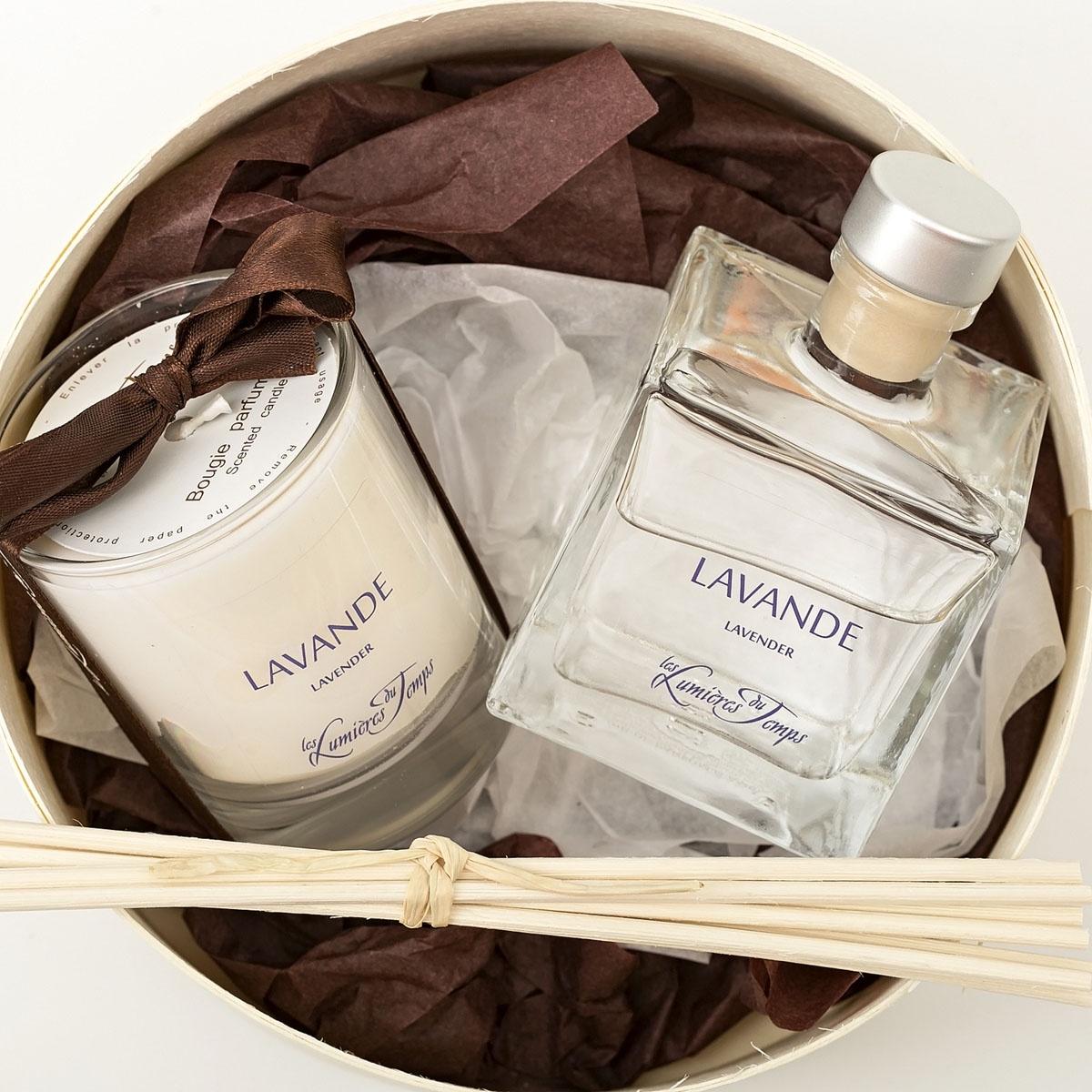 Подарочный набор Les Lumieres du Temps Лаванда: аромадиффузор, 100 мл + ароматическая восковая свеча, 90 г + тростниковые палочкиCOF9 LALAVANDE / ЛАВАНДА (лаванда - зелёные нотки) Лаванда это гимн лету, расслабляющий и успокаивающий аромат, который перенесёт вас в цветущий Прованс.Острый и волнующий аромат лаванды, издавна считался самым натуральным и сильным успокоительным средством. Каждый человек, который слышит аромат лаванды, сразу переносится на фиолетовое поле, где свежо и спокойно.В данный подарочный набор входят: аромадиффузор (100 мл), ароматическая восковая свеча (90 гр), тростниковые палочки, декоративные наполнители, круглая деревянная коробка с крышкой.Во главу всего фабрика LUMIERE ставит ремесленное ручное производство, использование первичных материалов исключительно высшего качества (растительный воск, эссенции из Грааса, фитили из хлопка, БЕЗСПИРТОВЫЕ диффузоры). Ассортимент ароматов насчитывает более 60 уникальных вариантов!Благодаря воску натурального происхождения, свечи при горении не дымят и не оставляют копоть.