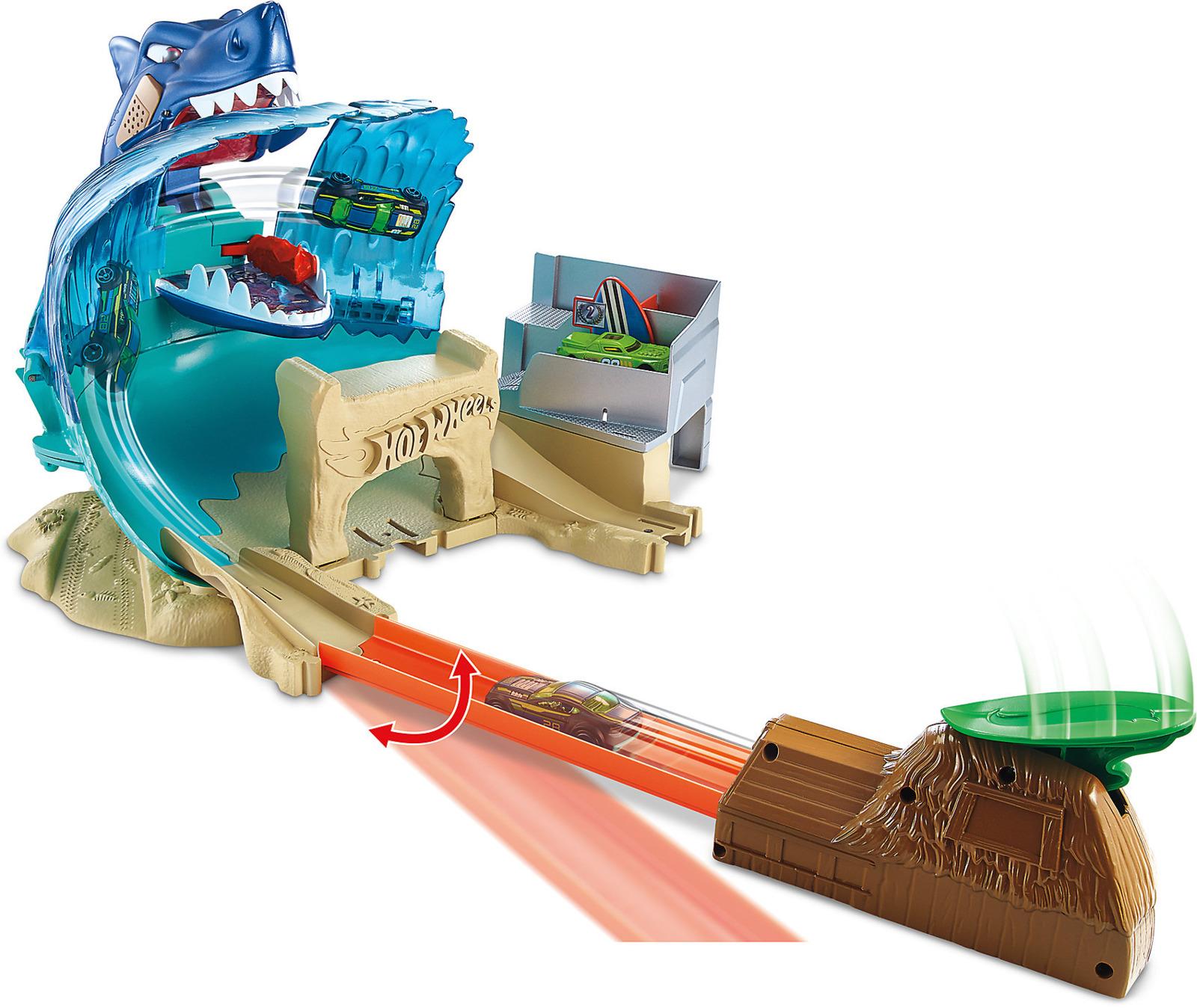 Hot Wheels Игрушечный трек Схватка с акулойFNB21Гигантская акула атакует город Hot Wheels и угрожает сорвать соревнования по серфингу! Нужно пустить машинку так, чтобы прорваться сквозь волны и увернуться от броска акулы. Ого, акула поймала машинку в свои огромные челюсти! Чтобы ее спасти, нужно запустить еще одну машинку. Прицелитесь и победите акулу на полной скорости! Когда акула побеждена, волна резко опадает и машинки освобождаются! Удивительные функции большого тематического пляжного набора подарят детям часы увлекательных игр. Можно дрейфовать по волне и приземляться на трибунах, чтобы набрать очки в соревнованиях по серфингу! А соединяя набор с другими городскими наборами, можно строить город Hot Wheels. Наборы для игры в город совместимы с оранжевой трассой и другими наборами. В набор входит тематическая пусковая установка в стиле тики и одна машинка Hot Wheels. О продукте: Большой набор на пляжную тематику с грозной акулой, которая хватает машинки. Захватывающее приключение со спасением города Hot Wheels развивает воображение ребенка. Акулу можно победить, только точно запустив машинку в ее челюсти. Игру легко начать заново. Набор не имеет незакрепленных деталей и отличается качественным исполнением! Соединяя набор с другими городскими наборами, можно строить город Hot Wheels. Новые наборы для игры в город совместимы с оранжевой трассой и другими наборами.