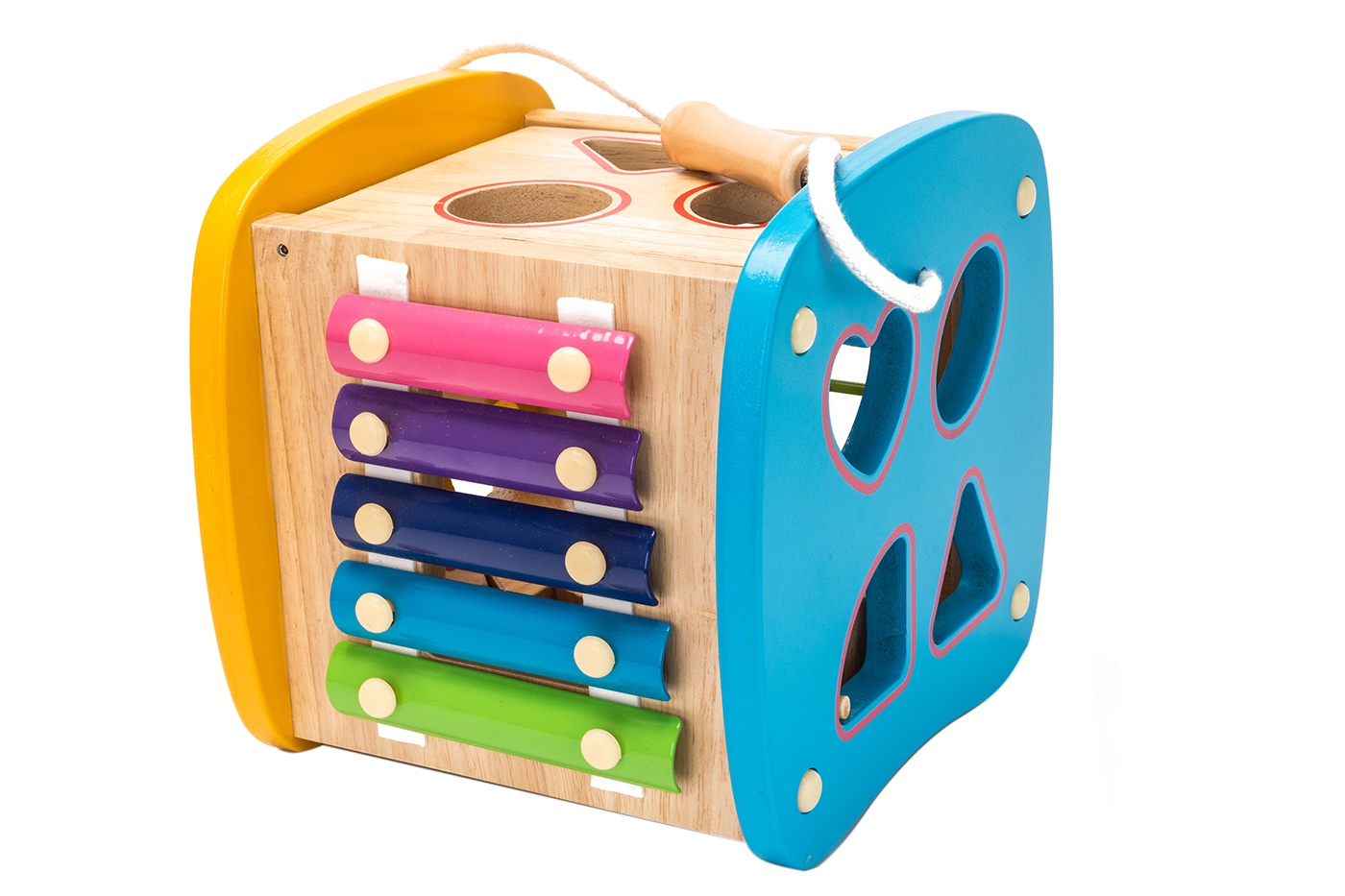 Игра развивающая Bradex Бизикуб, DE 0320DE 0320Игра развивающая «БИЗИКУБ» – это яркий компактный игровой центр, на сторонах которого собраны варианты игр для раннего развития ребенка: разноцветные счеты, сортер с фигурными отверстиями, ксилофон с молоточком. В игровой набор также входят многофункциональные фигурные детали для других игр, на их поверхности нанесены цифры от 0 до 10 и разноцветные принты. Детали можно нанизать на специальный шнурок как бусы. Бизиборд оснащен деревянной ручкой на прочной веревке: игровой центр удобно брать с собой в дорогу и на прогулки. Преимущества: Несколько видов активностей, чтобы занять ребенка на продолжительное время. Изучение цветов и счета. Развитие логического мышления, мелкой моторики, сенсорики, цветовосприятия, глазомера, слуха. Небольшой размер, удобный для транспортировки и игры в любом месте.