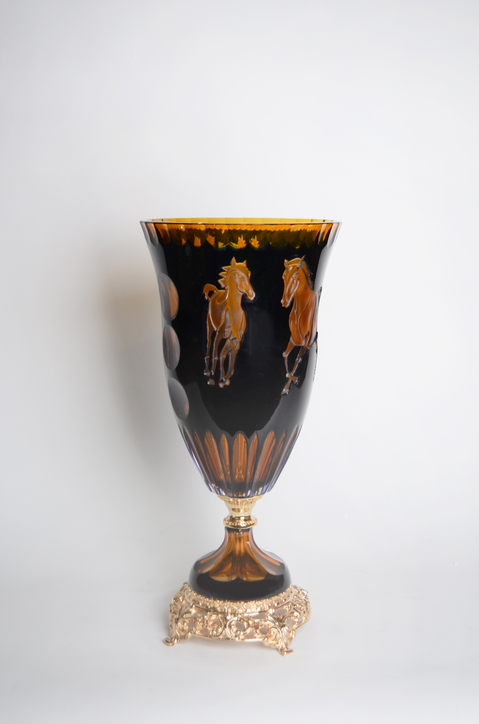 """Ваза «Leggenda dell Cavallo»01/01-CR- 82GРоскошная ваза """"Leggenda dell Cavallo» от Ninfeo удивительным образом сочетает в себе высокое мастерство исполнения, строгую размерность формы и необыкновенные сочетания цветов. Она, безусловно, послужит прекрасным подарком, являясь произведением искусства, которое порадует не только любителей лошадей, но и всех, кому не безразличен в жизни успех и процветание. Хрусталь был случайно открыт в Англии в XVII столетии, а в XIX веке он приобрел популярность уже во всей Европе. В этом столетии сочетание хрусталя и бронзы было особенно распространенным. Изысканные дворцовые предметы создавались на всех стекольных заводах Европы. Изделия из хрусталя следует защищать от попадания влаги и прямых солнечных лучей. Протирать сухой фланелевой тканью без использования щелочей и кислот."""