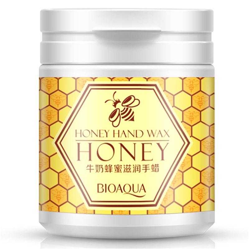 Маска косметическая BIOAQUA парафиновая маска-пленка для рук с медом и молоком, 170 гр.782751Молоко питает кожу белками и жирами, делает ее гладкой и помогает предотвратить высыхание кожи.Уникальность и полезность меда для ухода за кожей обуславливается его составом, в который как, оказывается, входят практически все микроэлементы. А также витамины группы B, C, провитамин A (каротин), PP, K, H, и некоторые другие.Мед обладает хорошим очищающим действием, так как словно губка поглощает в себя любые мелкие загрязнения кожи, подтягивает и тонизирует кожу. А также мед обладает отличными противовоспалительными свойствами.Парафиновая маска-пленка отбеливает нежную кожу рук, придает мягкость и гладкость, увлажняет, питает, защищает от старения, омолаживает, сохраняет мягкость и гладкость.
