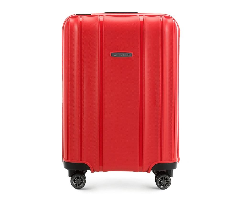 Чемодан Wittchen 56-3T-731, красный56-3T-731-30Маленький чемодан из коллекции Premium PP. Модель изготовлена из эластичного и ударопрочного полипропилена. Имеет четыре двойных колеса, двухступенчатую, выдвижную ручку и дополнительную ручку, облегчающие перемещение багажа. Закрывается на три пряжки главная из которых, на боковой панели чемодана, оснащена замком TSA (удобен в случае досмотра багажа таможенной службой). Внутри: основное отделение с эластичными ремнями, предохраняющими одежду от перемещения; дополнительно основное отделение оснащено перегородкой с тремя карманами, один из которых из сетки на молнии с ремнями, предохраняющими багаж от перемещения. Чемодан соответствует требованиям ручной клади.Характеристики продукта:артикул товара: 56-3T-731-30ширина (см): 39глубина (см): 20высота (см): 56объем (л): 36вес (кг): 3,2материал: Полипропиленвеличина: ручная кладь