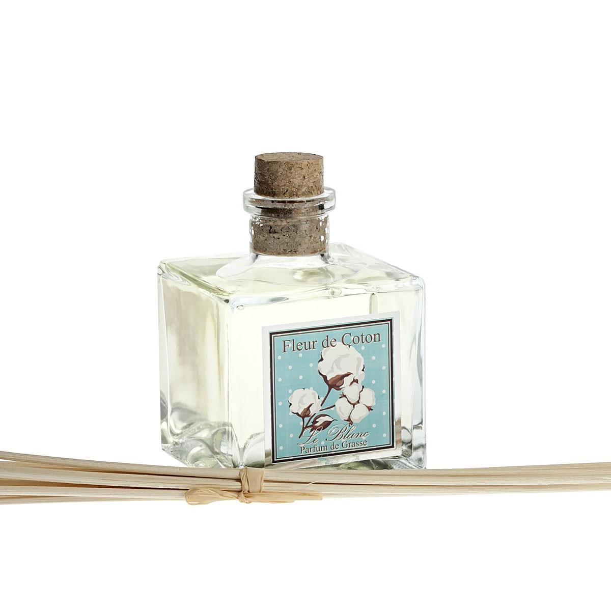 Ароматический диффузор Le Blanc Хлопок, СтеклоBQT 69Аромат белого хлопка – это свежий, нежный и чувственный аромат, который нам принёс весенний лёгкий бриз с белоснежных хлопковых полей. Это аромат женственности и любви, очень лёгкий цветочный запах, который напоминает нам о весне и любви. Это аромат чистоты и бесконечности, вдыхая который видишь бесконечные полотнища белоснежных струящихся тканей, невесомых «хлопковых» облаков над землёй и зелень полей и трав, устлавших хлопковые поля. Психо-эмоциональное воздействие:иЛёгкий и нежный прекрасный аромат отгонит прочь все печальные и тревожные мысли и оставит лишь ощущение радости и полноты жизни. Это аромат тех, кто умеет наслаждаться красотой и лёгкостью бытия. Он перенастроит ваше настроение на совершенно новый эмоциональный лад – на восприятие красоты и чувственного очарования окружающего мира.Магическое воздействие: Аромат белого хлопка очищает нашу ауру и энергетику, и наполняет её новыми положительными эмоциями. Аромат настраивает нашу душу на духовный лад, открывает пути к познанию высоких истин. Это аромат, приближающий нас к небу и мотивирующий к духовному самосовершенствованию.Диффузор, упакованный в подарочную коробку, будет отличным подарком. В комплект входит емкость с жидкостью в выбранном объеме, тростниковые палочки, картонная коробочка.