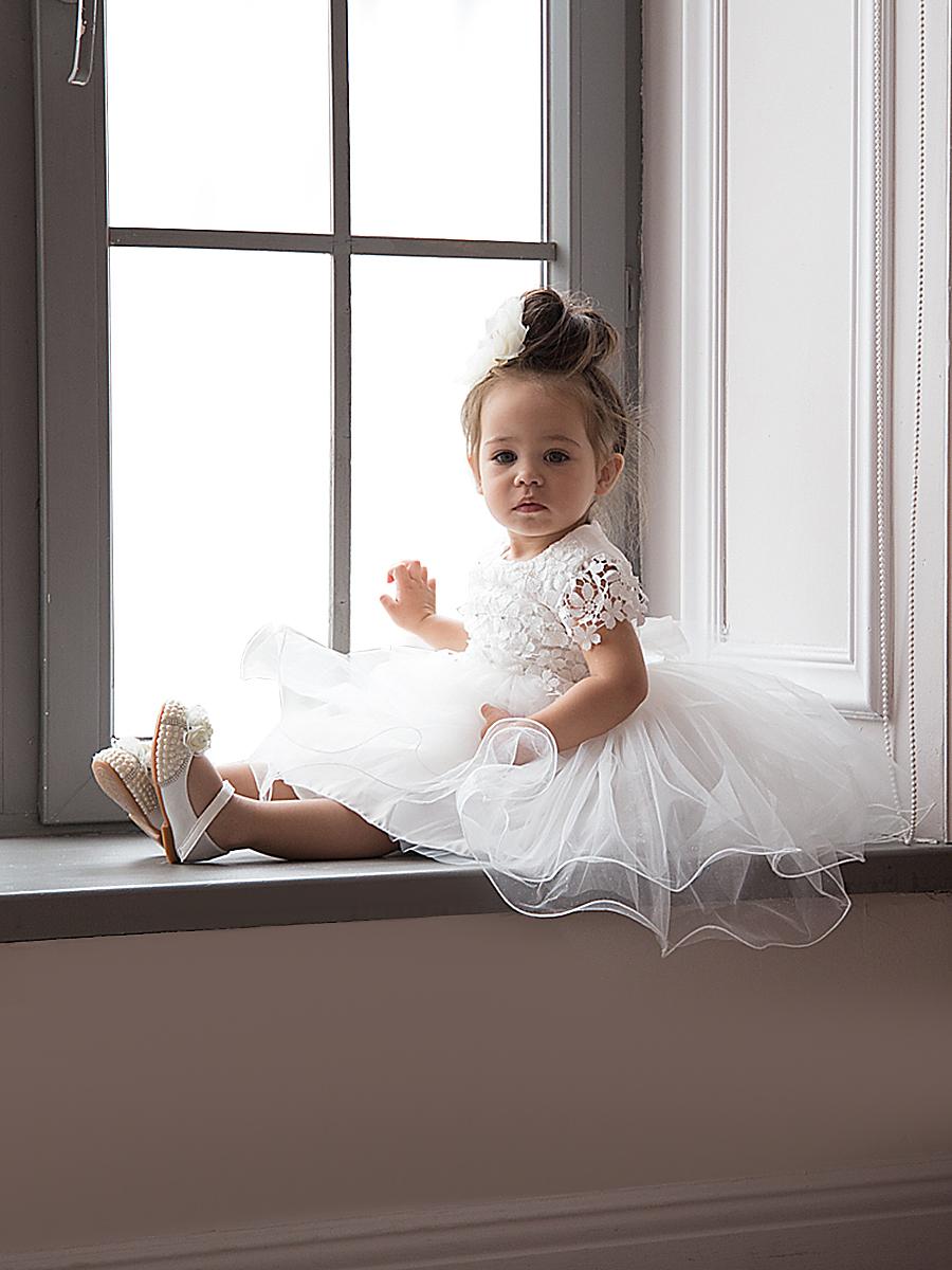 Платье для девочки Vitacci, цвет: молочный. 2190008-25. Размер 1042190008-25Невероятно удобное нарядное платье на натуральной подкладке. Выполнено из дышащей, приятной на ощупь ткани. Особую нарядность и торжественную строгость изделию придают декоративно-конструктивные детали кроя и аксессуары. Для удобства эксплуатации на спинке платья предусмотрена застежка-молния. Ширину изделия можно регулировать за счет полупоясов, выходящих из боковых швов и завязывающихся сзади на красивый бант.