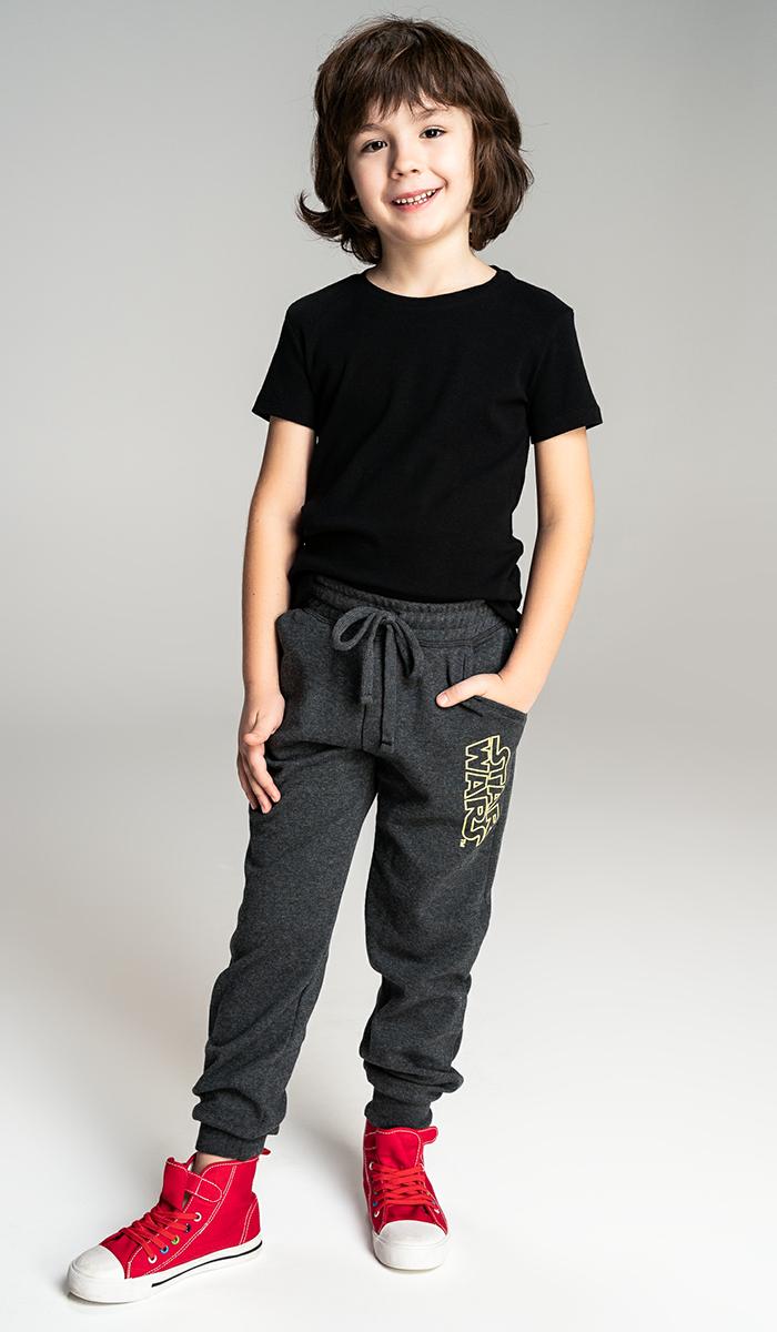Брюки для мальчика ТВОЕ, цвет: темно-серый. 58268. Размер 9858268Детские спортивные брюки для мальчика, выполненные из эластичного хлопка, дополнены принтом Star Wars. Зауженная модель, пояс с резинкой и регулируемым шнурком, не сковывает движения и комфортна в носке. Идеально подойдут для создания повседневного и спортивного образа. На модели размер 122. Параметры модели: рост 121 см. Рекомендуем!