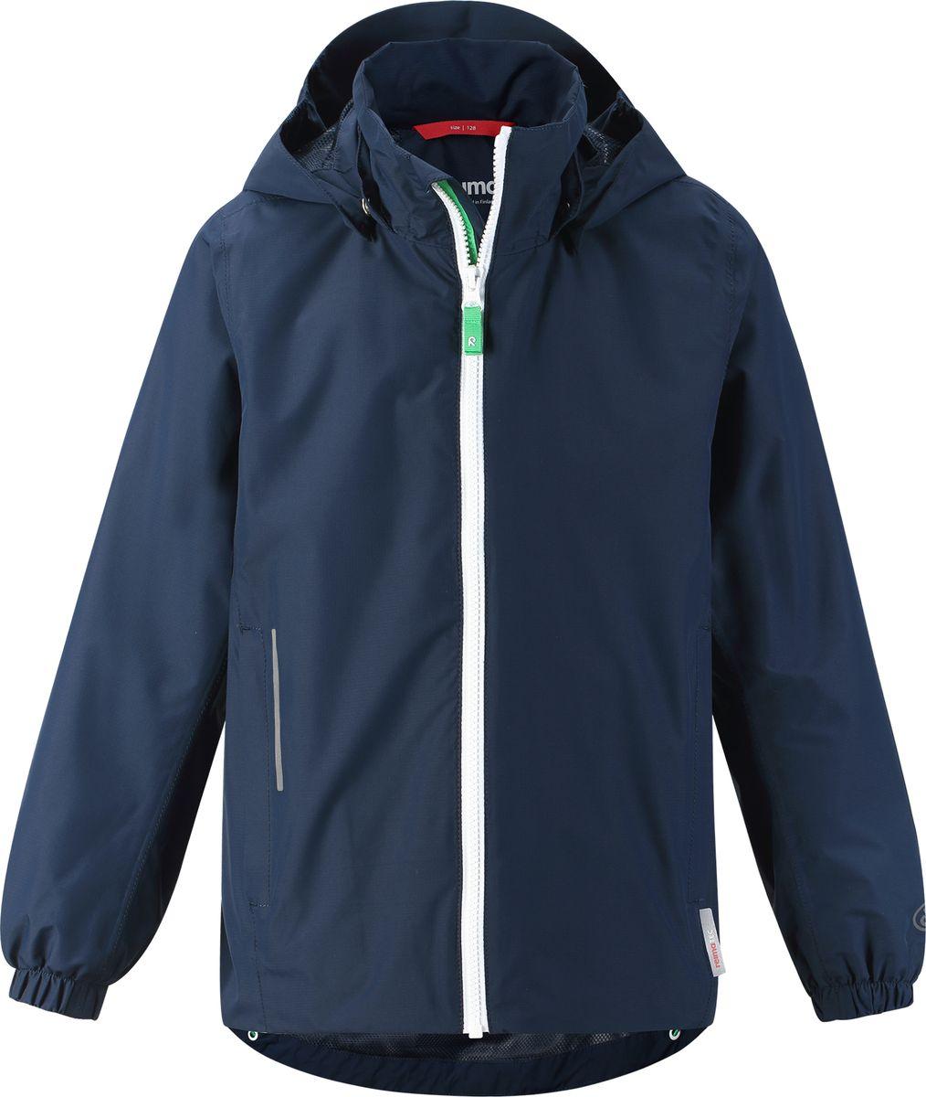 Куртка для мальчика Reima, цвет: синий. 5313836980. Размер 1105313836980Эту классную спортивную куртку для подростков можно носить от весны и до осени! Куртка ReimateС изготовлена из водо- и ветронепроницаемого и дышащего материала, при чем основные швы в ней запаяны и водонепроницаемы. Она снабжена множеством практичных деталей, а съемный капюшон защищает от пронизывающего ветра, и к тому же абсолютно безопасен во время активных прогулок, поскольку легко отстегнется, если вдруг за что-нибудь зацепится. За ненадобностью капюшон можно подвернуть под воротник. Обратите внимание на эластичные манжеты, регулируемый подол и карманы на молнии. К весне готовы!