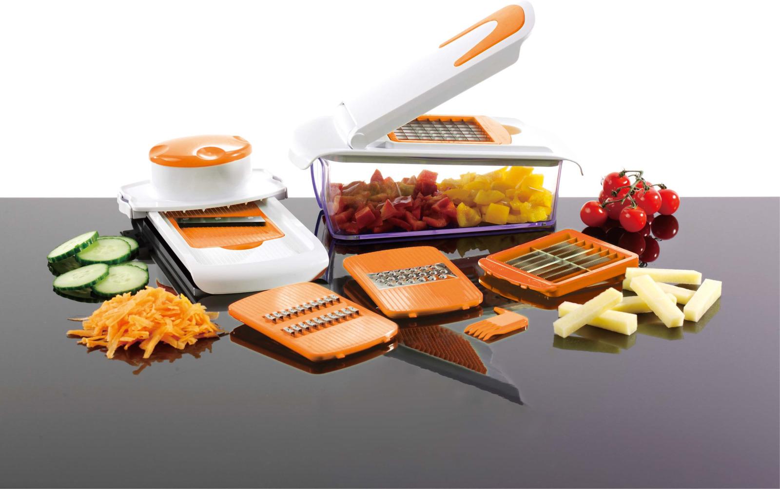 Терка Maestro, многофункциональная, MR-1606, зеленый, оранжевыйMR-1606Универсальная терка состоит из 5-ти съёмных насадок и контейнера для нарезанных продуктов питания. Корпус изделия устойчив, выполнен из пищевого пластика. Материал природного происхождения, экологически чист. Ножи изготовлены из высококачественной нержавеющей стали. Металл прочный, не поддаётся коррозии, поэтому они будут оставаться острыми на протяжении долгого времени. Данное приспособление способно измельчать, крошить, натирать и нарезать овощи, колбасу, фрукты, сыр, мясо и даже хлеб. С ним можно не только подготовить ингредиенты для блюда, но и украсить праздничный стол идеально ровной нарезкой. Рекомендуем!