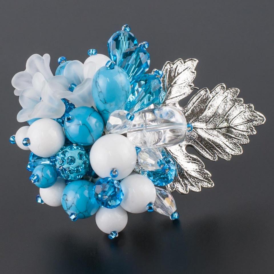 Брошь Мастерская Крутовых Флоренсия, БМ-0057, самоцветы, пластик, голубойБМ-0057Размер броши: (длина х ширина): 6,0 х 5,0 см. Камни: им. бирюзы, кахолонг, хрусталь.