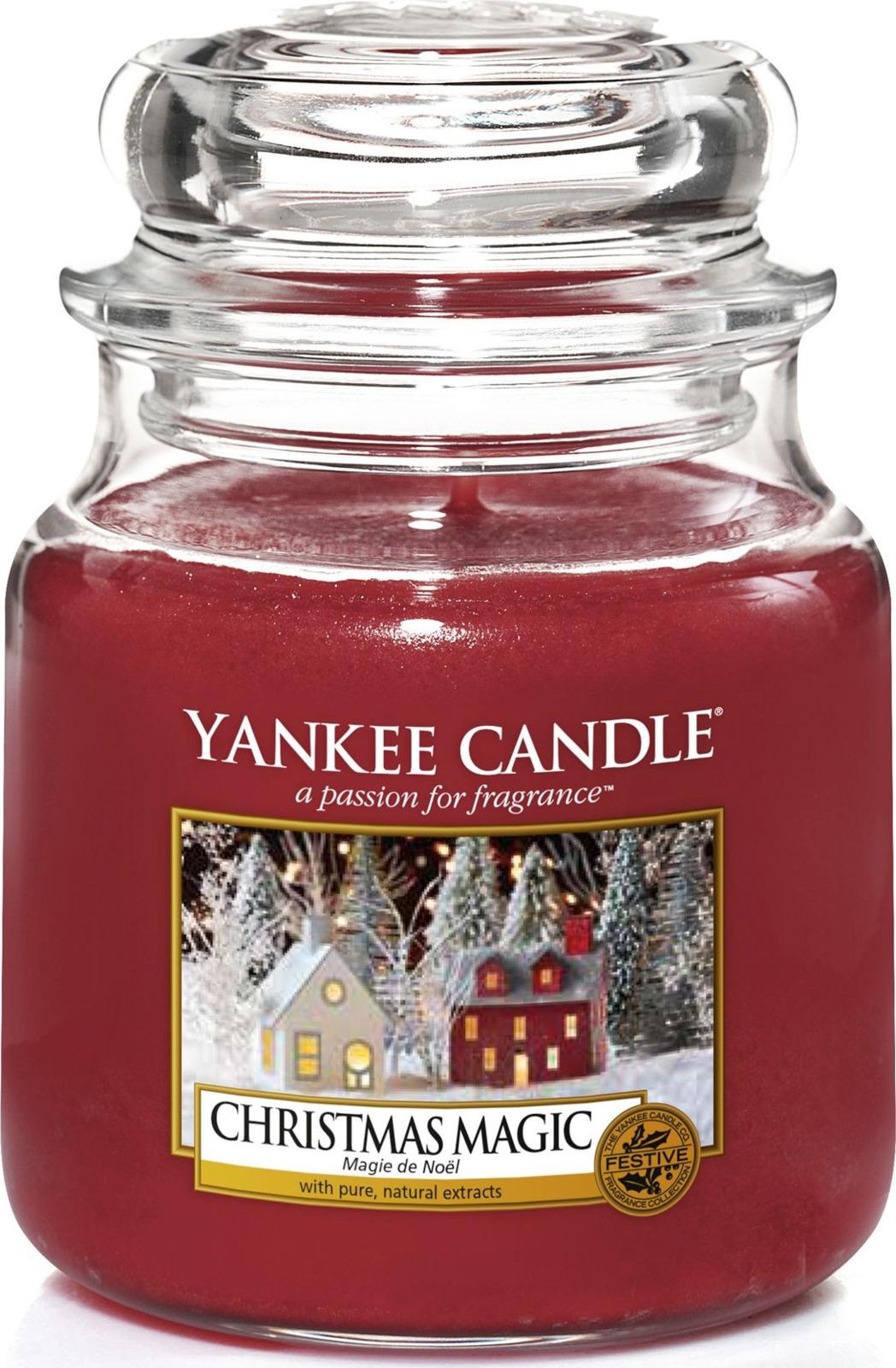 Свеча ароматизированная Yankee Candle Рождественское волшебство, в стеклянной банке, 1556287E, 411 г1556287EРождественские ароматы сосны и бальзама с оттенками эвкалипта. Верхняя нота: мандарин, бергамот, эвкалипт. Средняя нота: бальзам пихты, сок сосновых игл, ладан, ель. Базовая нота: кедр, береза.Время горения: 65-90 часов.