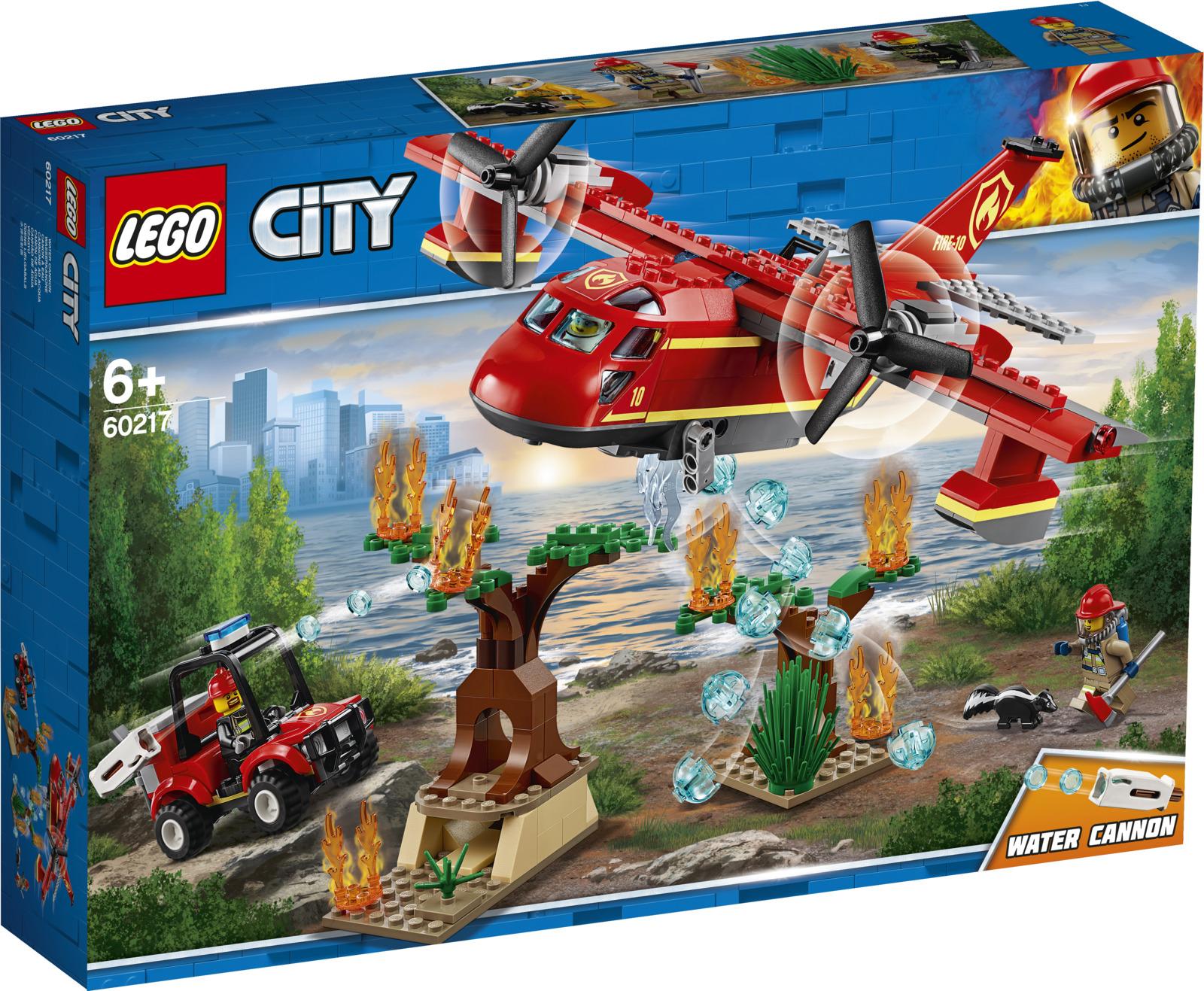 Конструктор City Fire Пожарный самолет, 6021760217Присоединяйся к Экипажу пожарных города LEGO City и помоги защитить дикую природу! В соседнем лесу началась схватка с огнем. Запрыгивай в самолёт, чтобы тушить пожар сверху, пока наземная пожарная команда быстрого реагирования пытается справиться с ним на земле. Смотри! В огненной ловушке на горящем дереве оказался беспомощный скунс! Хватай дымозащитное оборудование и отправляйся спасать несчастное животное. Успеешь ли ты? Еще один захватывающий день для экипажа пожарного самолета!