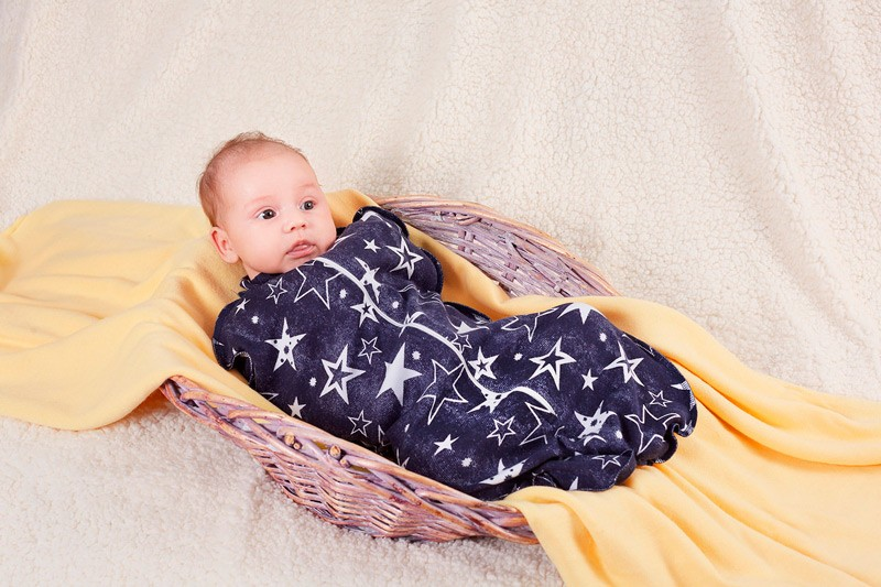 Спальный мешок для новорожденных Пелёнкино, синий 56 размерКЕ0122Пеленка-кокон на молнии - прекрасная альтернатива пеленанию. Пеленка кокон повторяет силуэт малыша, а процесс пеленания становится намного легче и быстрее. Молния позволяет моментально застегнуть кокон и новорожденный лежит внутри, сложив ручки, как при свободном пеленании. В таком положении малышу тепло и спокойно, ручки не сжаты, но зафиксированы, не будят его, не царапают. Это очень удобная вещь в первые недели жизни, когда ребенок вырабатывает режим сна и знакомится с миром. Размер 56 подойдет новорожденным и младенцам до 1 мес, 62 размер на возраст 1-3 месяца. При пошиве комплекта используется трикотажное полотно синего цвета с рисунком звезды. Состав 100% хлопок. Производитель ИП Костенко И.В. (Республика Беларусь).