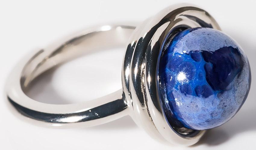 Кольцо Antica Murrina Перлейде, AN198A06, синийКоктейльное кольцоРегулируемый размер.Цвет синий.Бусина из стекла с добавлением блестящего минерала.Гипоаллергенная сталь и металл
