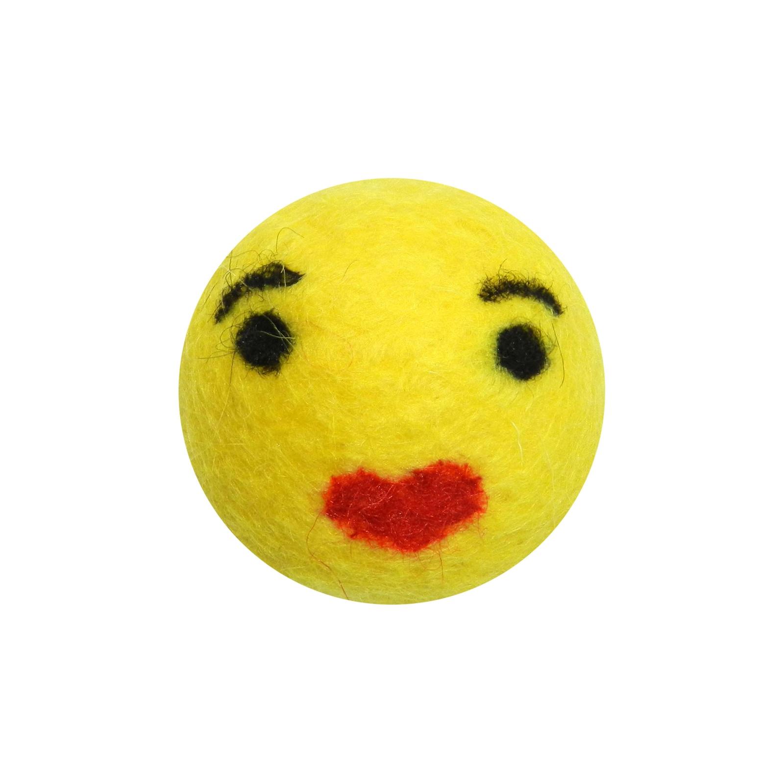 Игрушка для животных LIVEZOO Мяч из шерсти Smile Поцелуй 4 см1118Игрушка из 100% овечьей шерсти. Гипоаллергенная. Абсолютно безопасна, организм животного приспособлен переваривать шерсть, чистит зубки. Предназначена как для кошек, так и для собак.