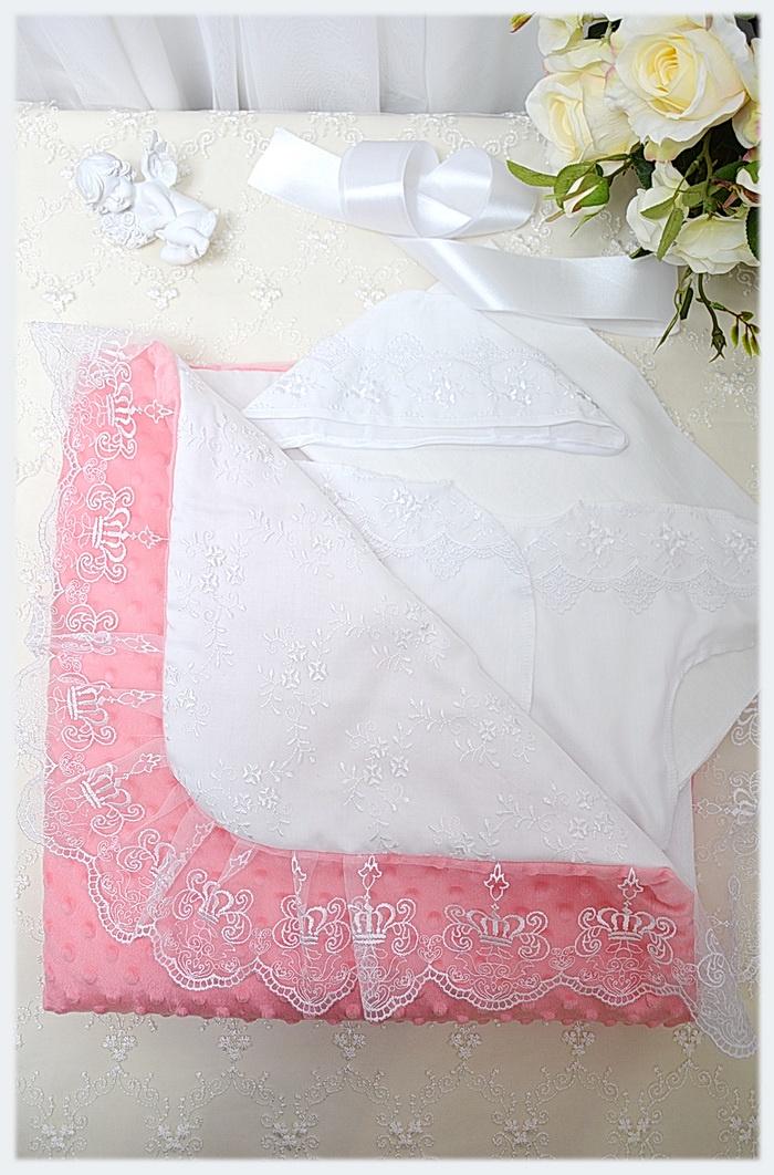 Комплект на выписку Dream Royal 1004, коралловый 100 размер10041. Одеяло 100*100 2. Распашонка (сатин) 3. Чепчик (сатин) 4. Пеленка