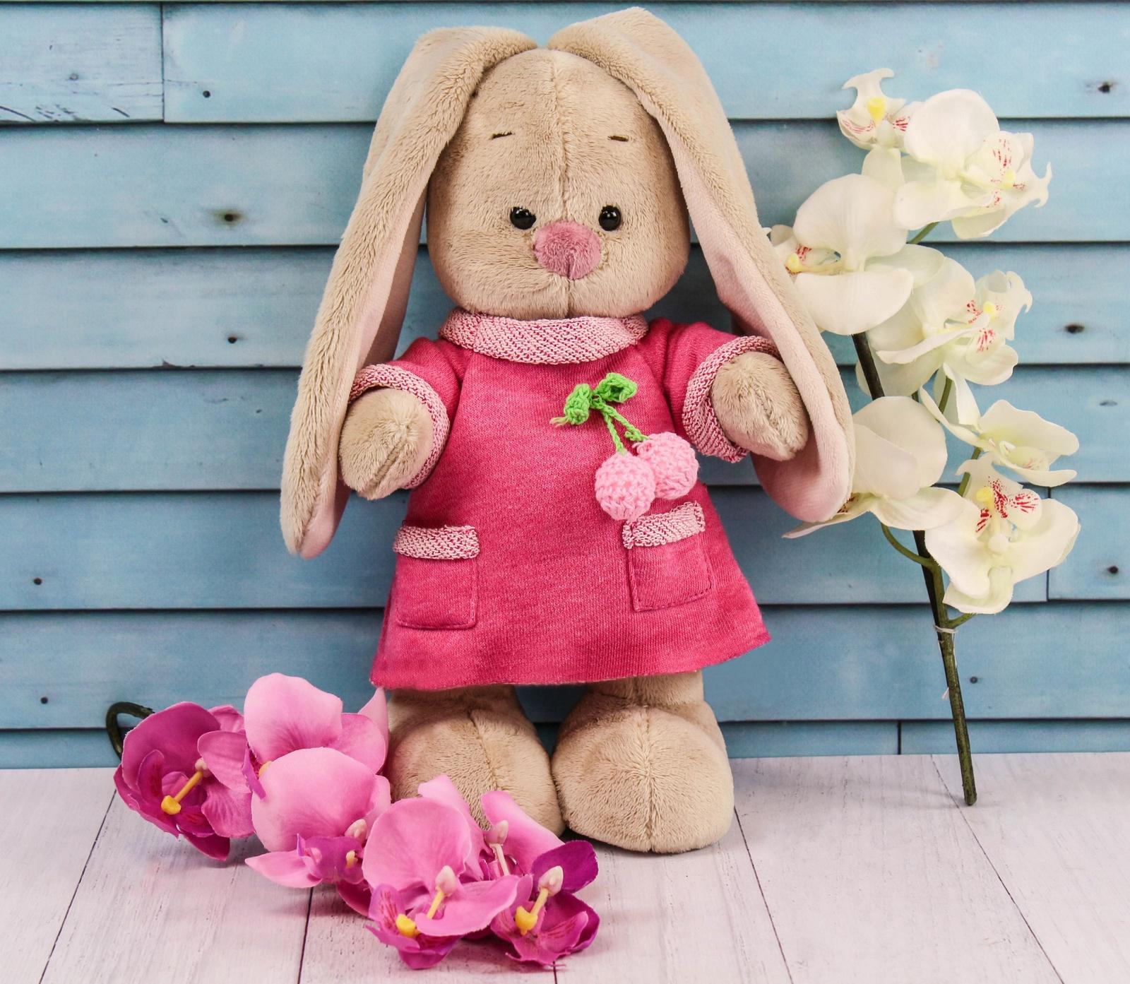 Мягкая игрушка BudiBasa StS-196/ бежевый, розовыйStS-196/Зайки Ми - это милые зайчата Мия и Мика из волшебной страны мягких игрушек. Они обожают веселиться, пить ароматный чай на лужайке перед домиком, гулять по Плюшевому лесу и, конечно, стильно наряжаться. Ведь Мика занимается моделированием одежды и потрясающие наряды зайчат - именно его творения. А Мия, как настоящая девочка, обожает их примерять. Мягкая игрушка Зайка Ми в розовом платье с вишенкой выполнена из невероятно мягкого материала, очень приятного на ощупь.