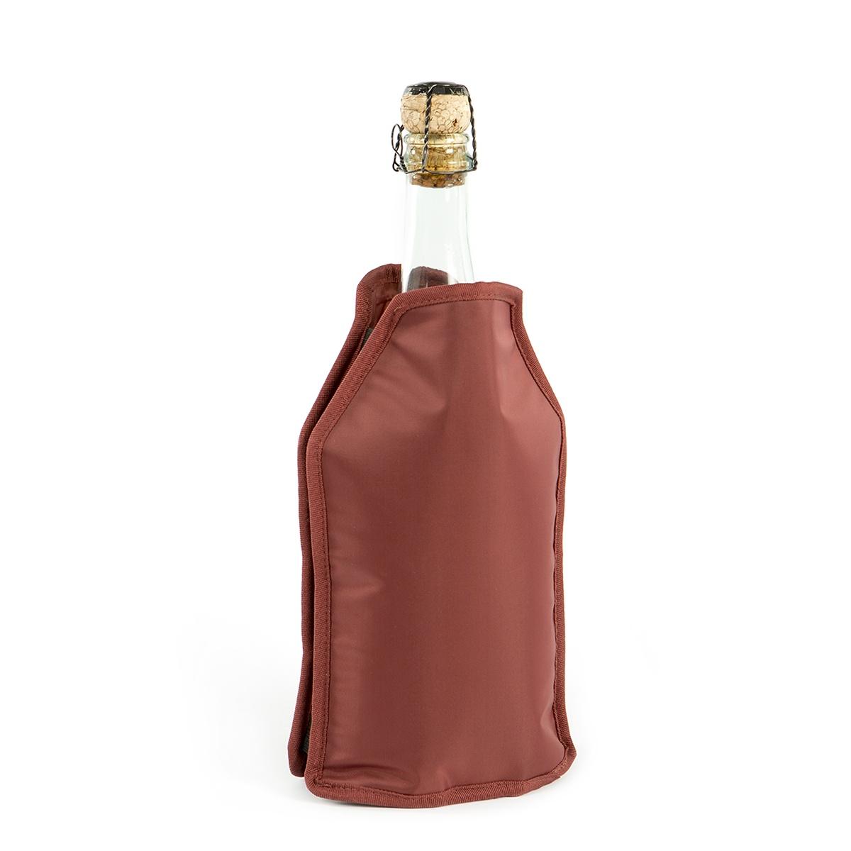 Охладительная рубашка Koala High Tech, бордовая6242EE01Охладительная рубашка High Tech от испанского бренда Koala поможет за 60 минут придать напитку комфортную для употребления температуру и поддерживать ее на протяжении долгого времени. Идеально подходит для бутылок с водой, вином или шампанским из-за его бокового эластичного ремешка. Особенности охладительной рубашки High Tech:• Съемный гелевый слой, позволяющий охладить напиток за 1 час• Противоскользящий ремень, предотвращающий также случайное выпадение бутылки• Универсальность - специальные эластичные ленты позволяют использовать рубашку для любых видов бутылок • Основа – из плотной ткани бордового цветаИнструкция по использованию:• Охладите предварительно гелевый пакет в морозильнике• Поместите ее внутрь рубашки и наденьте на бутылку вина• Подождите около 40-60 минут• Напиток готов к употреблениюИнформацию по рекомендуемым температурам охлаждения вин вы можете найти на упаковке товара. В процессе употребления бутылка может находиться в рубашке для поддержания температуры вина. Проверенный барный девайс для дома, идеален и в качестве подарка. Произведено в Испании. Поставляется в подарочной упаковке.