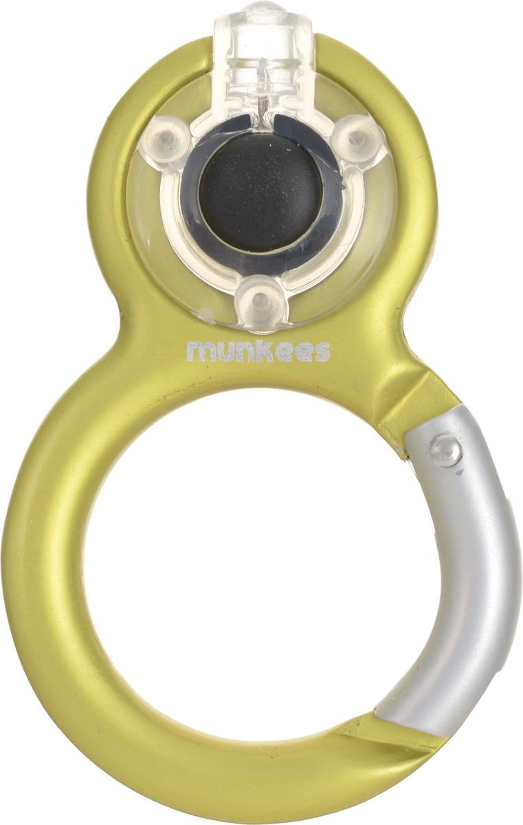 Брелок-фонарик Munkees Восьмерка, на карабине, цвет: желтый1097Карабин Фонарь Восьмерка - это фонарик, который встроен в корпус карабина и позволяет носить его на связке ключей. Форма карабина выполнена в виде знака бесконечность или в виде цифры 8, кому как удобнее. Ведь можно подарить такой функциональный презент и на 8-летие школьнику, и на 8 марта, и т.д.. Корпус карабина выполнен из анодированного алюминия не позволит фонарю испортиться в жесткой среде с постоянным трением о другие металлические ключи. Да, этот карабин не для скалолазания и альпинизма. Он рассчитан на существенно малые веса. Но он позволит упростить быт любого человека во всех случаях жизни. От элементарного подвешивания связки ключей на пояс, шлевку брюк/штанов, в рюкзак на место для крепления ключей или за любой кант кармана, до размещения подручных предметов, легкого снаряжения, одежды и аксессуаров (особенно перчаток и кепок) на рюкзак, сумку и тот же пояс брюк. А так же, всем небезызвестный фокус с соединением всех пакетов с продуктами на один (а лучше два - в каждую руку) карабин, что бы упростить этот процесс транспортировки вечно убегающих пакетов с едой*.*для этой цели выбирайте карабины MUNKEES из нашего очень широкого ассортимента, побольше. В руку, а не на палец. MUNKEES® - FUN & FUNCTION*THE ORIGINAL** - Гарантия качества оригинальных MUNKEES!Комплектация: Батарейки.* Весело и функционально.** Оригинальный продукт.