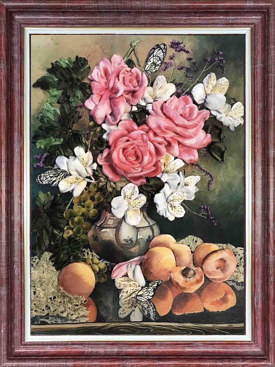 Набор для вышивания лентами Каролинка Розы с фруктами, кл(н) 3015, 27 х 35 смкл(н) 3015Разновидностью рукоделия является вышивка лентами, которая помогает создать эффектные объемные узоры на одежде или других предметах. КЛ(н) 3015 Розы с фруктамиНабор для вышивки лентами В набор входит: Ткань с нанесенным рисунком /габардин/Ленты атласные разных размеров 100% полиэстер на органайзереМулине х/б на органайзереИголкаЦветная символьная схема на бумаге2 инструкции /подробная по вышивке набора и подробная по стежкам/Размер вышитой работы 27х 35 смЦветов: 11