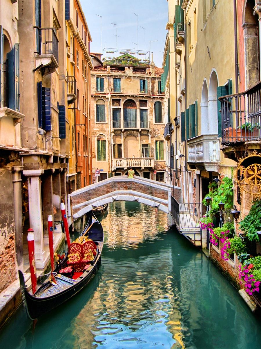 Картина на стекле 40x50 см. Канал в ВенецииSE-102-135Картина на стекле 40x50 см. Канал в Венеции Экорамка SE-102-135 Картина на стекле производится под брендом Экорамка на Российском предприятии, оснащенном самыми современными производственными линиями. В производстве используются современные экосольвентные краски InkTec пр-ва Корея. Краски абсолютно безвредны для здоровья. Картина на стекле 40x50 см. Канал в Венеции Экорамка SE-102-135 имеет следующие размеры: ширина – 40 см. высота – 50 см. толщина – 0,5 см. Картина укомплектована четырьмя декоративными металлическими креплениями, которые крепятся на саморезы к стене. Таким образом, Ваша картина будет надежно зафиксирована на поверхности и не доставит Вам никаких волнений по поводу безопасности данного изделия. Картину можно расположить по-разному и визуально скорректировать геометрию комнаты: сделать комнату выше, или расширить комнату в длину. Ваша картина отлично будет смотреться как в самых маленьких помещениях, так и на больших стенах, где вы можете дать волю фантазии. Расположите картину с другими украшениями, и вы получите интересный и оригинальный декор. В продукции под брендом Экорамка использованы исключительно Лицензионные изображения известных фотобанков, или изображения, созданные по нашему заказу дизайнерами и художниками.