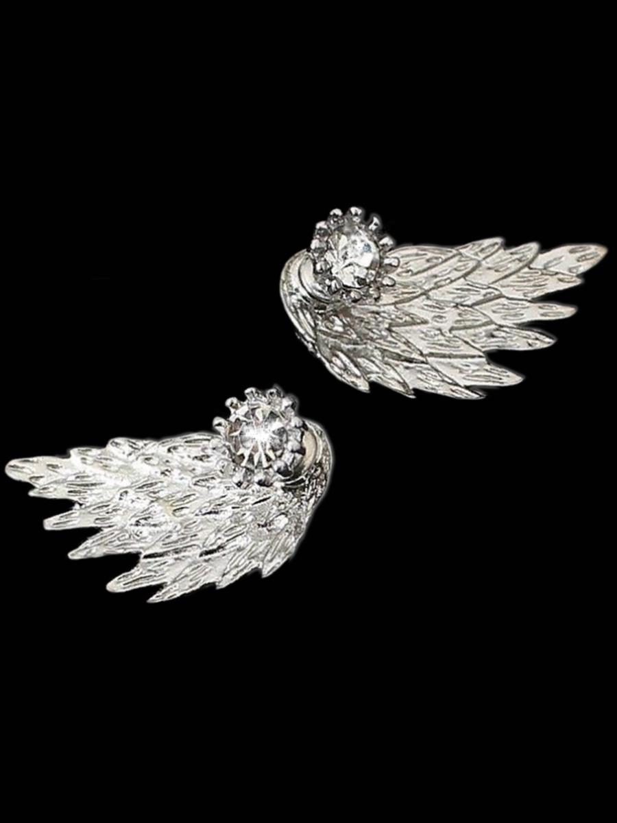 Серьги бижутерные Панд Бижу Крылья ангела, серебристыйJW01WПанд Бижу - качественная бижутерия, которая ежедневно будет радовать Вас своим изяществом и блеском. Оригинальные серьги в форме элегантного крыла станут отличным дополнением к Вашему образу. Данные серьги очень необычные, так как состоят из трех элементов: гвоздика-основы с элегантным камнем, крыла, которое носится за мочкой уха и зажима, который будет держать сережку. Серьги выполнены в серебристом цвете из медного сплава и кубического циркония. Замок изделия: штифтовый; Цвет:серебро; Размер: 3 на 1,5 см