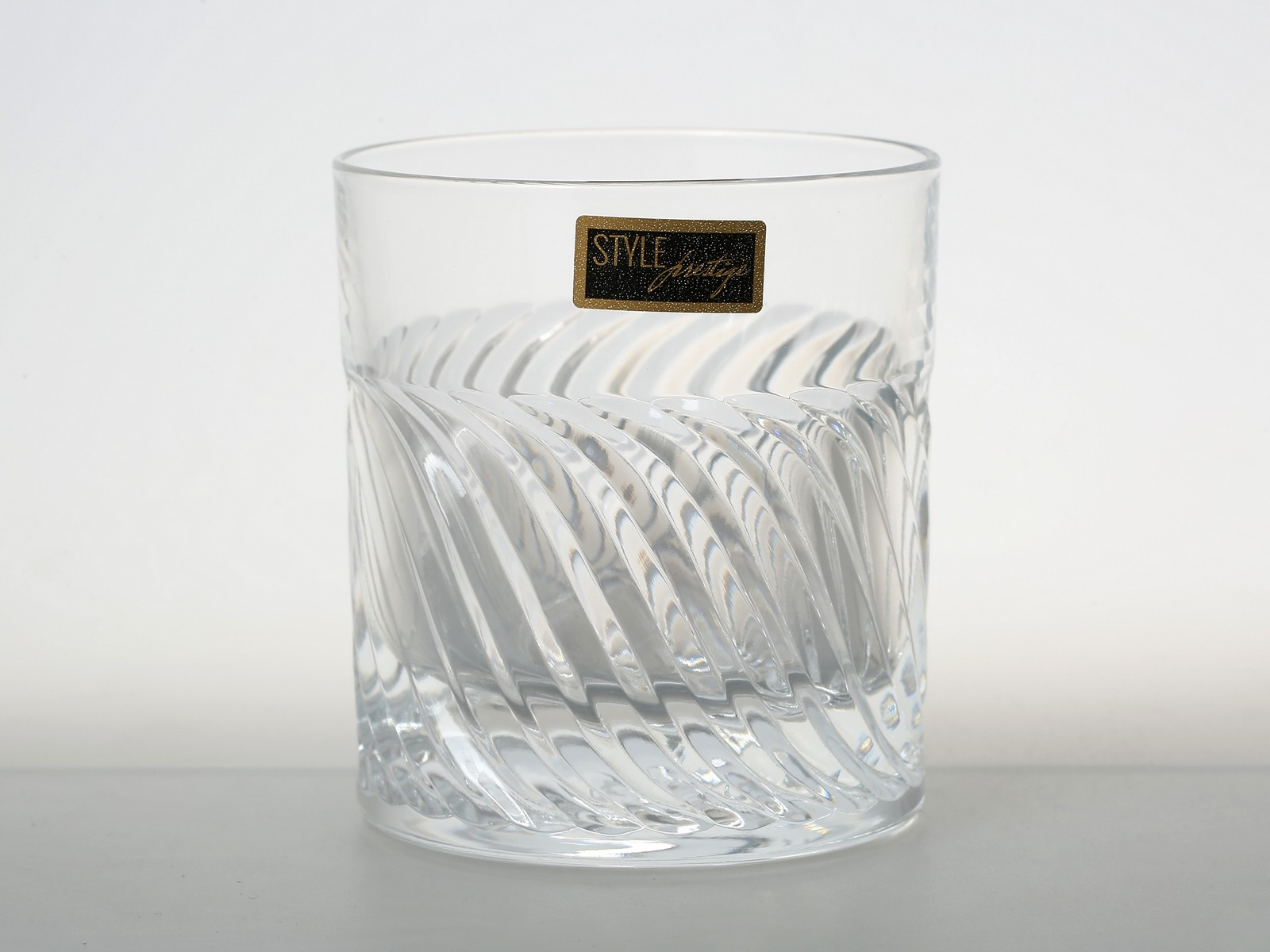Набор стаканов для виски 290 мл GEARING RCR STYLE PRESTIGE ( 2 шт )34144Итальянский брэнд RCR Cristalleria Italiana берет свои истоки из городка в пригороде Италии, традиции обработки стекла в котором уходят в средние века. Плавить хрусталь и наполнять уникальностью каждое изделие, наделять его изяществом форм и высоким качеством - это то, что умеют мастера торгового дома RCR Cristalleria Italiana сегодня и совершенствуются в своем мастерстве каждый день. Популярность компании растет с каждым днем все больше и больше, а изделия разлетаются по всему миру и остаются востребованными на рынке сервировочной посуды. Ведь изготовление предметов сервировки для украшения праздничного стола и для ежедневных обедов - это и есть основное направление деятельности компании RCR Cristalleria Italiana.