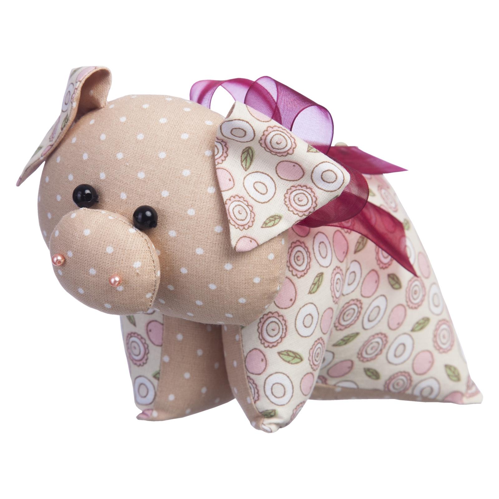 Набор для изготовления игрушки Малиновый Слон Поросёнок БантикТК-035Игрушки, сделанные своими руками, - забавные, смешные, добрые и необыкновенно обаятельные. Они дарят тепло и вызывают улыбку. С помощью набора Малиновый Слон «Поросёнок Бантик» вы самостоятельно создадите оригинальную игрушку со своим характером и историей, ведь каждая игрушка получается уникальной, даже если она сшита по готовому набору.Наш Бантик еще совсем маленький. И как все малыши очень любознательный. Бантику интересно все. Зачем козлику нужны рожки? Почему у кота такой длинный хвост? Но больше всего он хочет узнать, почему у птички вместо пятачка клюв.Сшить игрушку совсем несложно, для этого не требуются специальные навыки, а наш набор с подробной инструкцией по шитью и качественными комплектующими сделает процесс изготовления игрушки удобным и приятным.В набор входят: ткань (100% хлопок), бусины, тесьма, лента декоративная, выкройка, подробная инструкция.Дополнительно потребуется наполнитель – синтепух (около 70г).Длина готовой игрушки: 17 см.Уровень сложности: 2 из 5.Добро пожаловать в волшебный мир рукоделия!