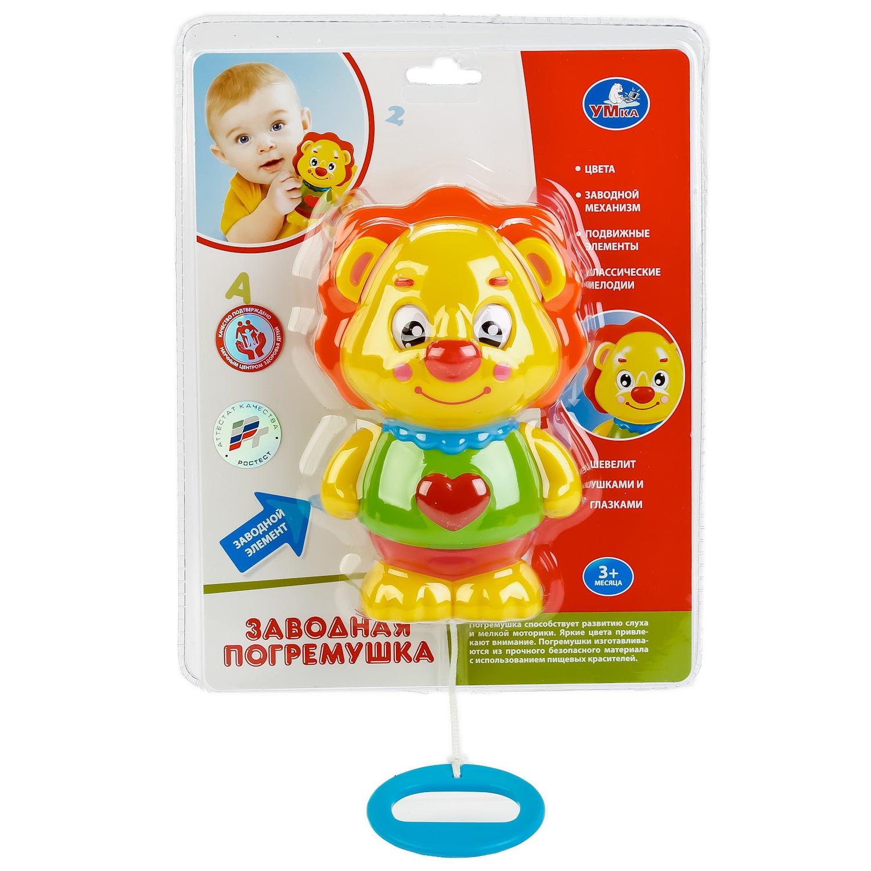 """Погремушка Умка 252125, 252125 желтый252125Заводная погремушка """"Львёнок"""" предназначена для раннего развития ребёнка. Она выполнена в ярких цветах, которые привлекут внимание малыша. Заводной механизм легко приводится в действие - ребёнку достаточно потянуть за удобную ручку и вытянуть верёвочку. После этого у львёнка начинают двигаться ушки и глазки. Игрушка снабжена звуковым модулем. В процессе игры малыш услышит классические мелодии. Изготовлено из прочного безопасного материала с использованием пищевых красителей. Игрушка разовьёт слуховое и зрительное восприятие, мелкую моторику и внимание ребёнка. Рекомендовано детскими психологами. Качество подтверждено аттестатом Ростест. Предназначено для детей от 3 месяцев."""