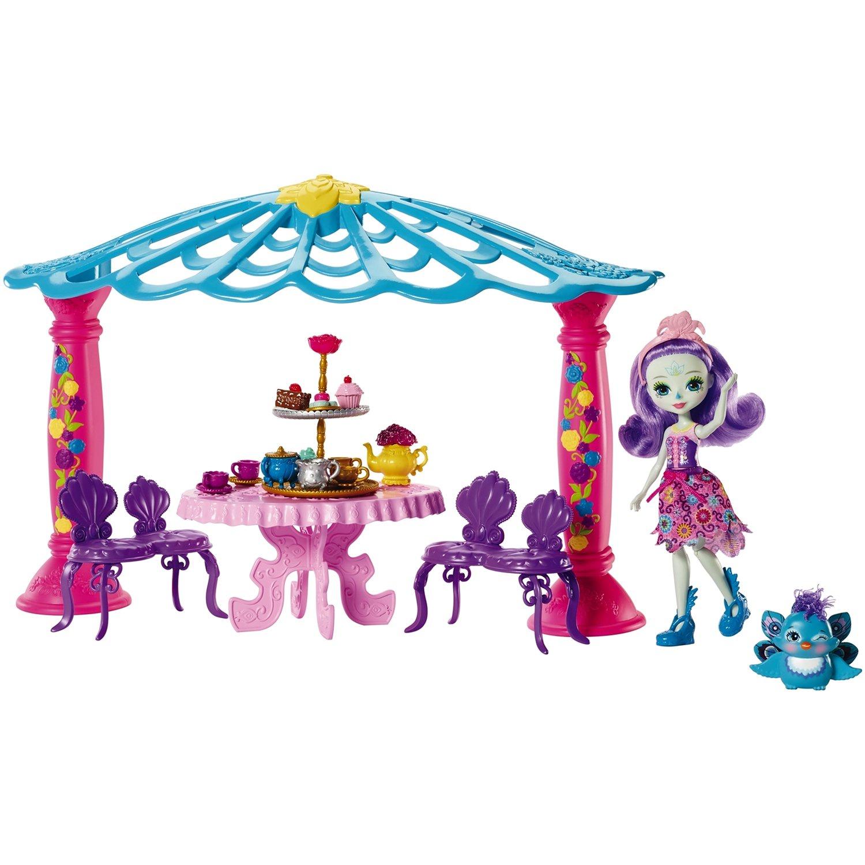 Игровой набор с куклой Enchantimals Чаепитие Пэттер Павлины и Флэпа, FRH49FRH49Не оттопыриваем пальчики! Пэттер Павлина и ее лучший друг павлин Флэп готовы к волшебному чаепитию с конфетами и угощениями в окруженной цветами беседке! В этом наборе вас ждут волшебные лесные истории, главными героями которых станут 15-сантиметровая кукла из серии «Enchantimals» и ее друг-зверек, а для создания атмосферы в комплекте также идут беседка, скамеечки, столик и очаровательные чайные принадлежности. Накройте розовый чайный столик, расставьте чайники, чашки и десерты — кексы, макаруны и пирожные, которые настолько вкусно выглядят, что так и просятся в рот! Помогите Пэттер Павлине и павлину Флэпу хорошо провести время в компании друг друга за чашкой чаю. Пригласите других друзей «Enchantimals» (стол накрыт на четверых), чтобы история стала еще забавнее и милее! Одежда и обувь куклы Пэттер Павлины выполнена в ярких цветах, украшена цветочными принтами и меховыми элементами. Пэттер также носит украшение для волос, довершающее ее образ. Павлин Флэп тоже по-своему очарователен. Детям понравится играть с этими верными друзьями и погружаться в мир, где забота — это главное. Собери их всех и построй мир «Enchantimals», чтобы написать свою добрую сказку.