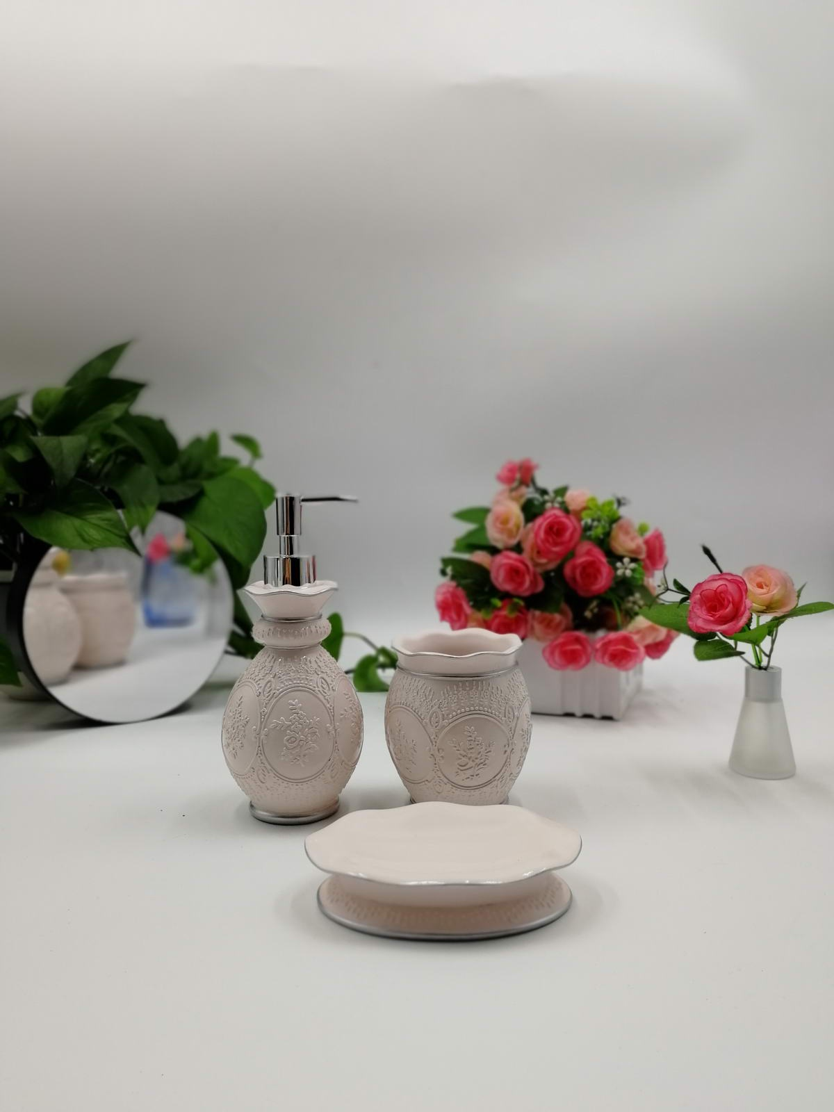 Набор для ванной комнаты Sofi de Marko ВК-40, ВК-40-пудра, светло-розовыйВК-40-пудраПодарочный набор для ванны. Комплектация: Дозатор для жидкого мыла Стаканчик для зубных щеток Мыльница для твердого мыла 100% Полирезина Упаковка: подарочная коробка