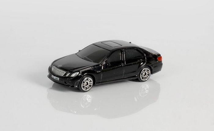 Фото - Машинка Uni-FortuneToys RMZ City Mercedes Benz E63 AMG, 1:64, 344999S-BLK, черный авто