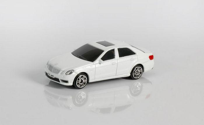 Машинка Uni-FortuneToys RMZ City Mercedes Benz E63 AMG, 1:64, 344999S-WH, белый344999S-WHМодель автомобиля Uni-Fortune Toys Mercedes-Benz E 63 AMG будет отличным подарком как ребенку, так и взрослому коллекционеру.Благодаря броской внешности и великолепной точности автомобиль станет подлинным украшением любой коллекции авто.Авто будет долго служить своему владельцу благодаря металлическому корпусу с элементами из пластика.Шины обеспечивают отличное сцепление с любой поверхностью пола.Модель автомобиля обязательно понравится вашему ребенку и станет достойным экспонатом любой коллекции.