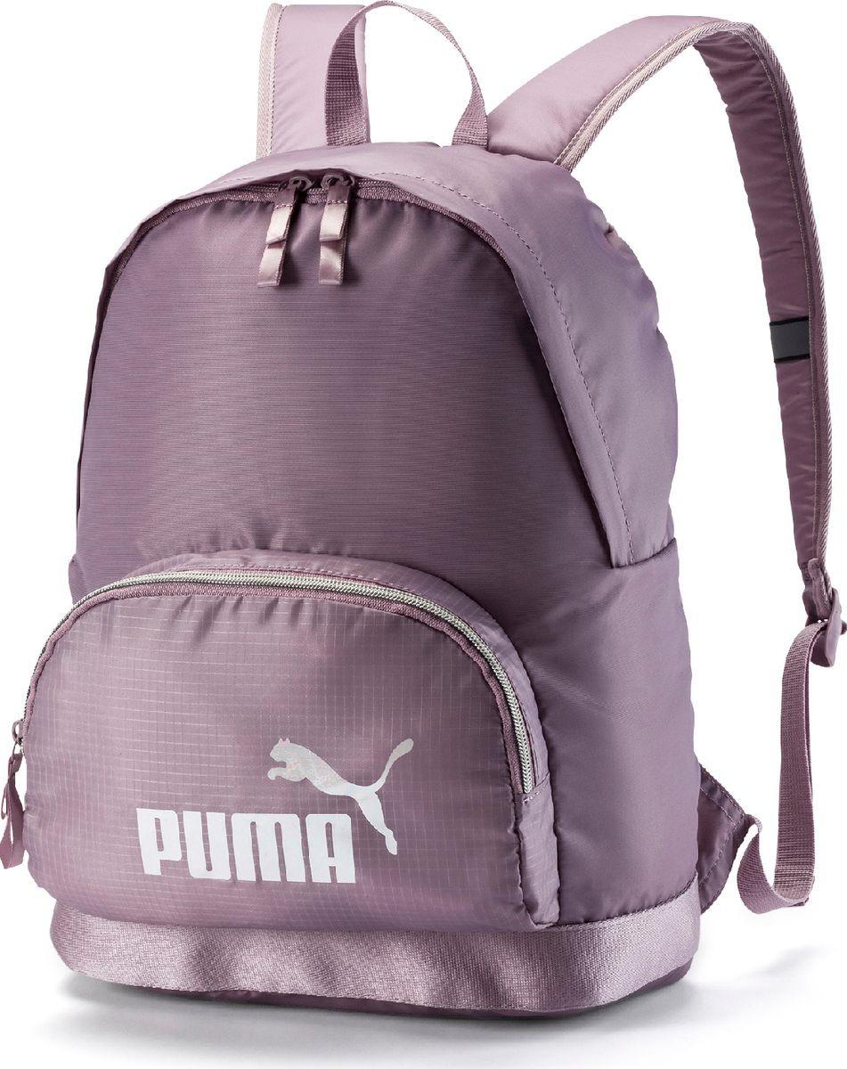 Рюкзак Puma, WMN Core Seasonal Backpack, лиловый07571602В этой модели удобство и функциональность сочетаются с использованием передовых материалов и очаровательных женственных деталей, делающих её особенно привлекательной! Рюкзачок имеет главное отделение на молнии, открывающейся с двух сторон, карман на молнии спереди, отделение для ноутбука внутри с тканевой подложкой, функциональную подкладку из полиэстера плотностью 150D с изнанкой из полиуретана, наплечные лямки регулируемой длины с мягкой подложкой, пластиковой фурнитурой и деталями с символикой PUMA из светоотражающего материала, ручку для переноски из лямочной ленты сверху. Обращенная к спине часть рюкзака и его дно снабжены подложкой и прострочены. В язычки застежек молний вдернута блестящая шелковая тесьма. В зависимости от цветового варианта рюкзачок декорирован спереди набивным переливчатым логотипом PUMA золотистого, розово-золотистого или перламутрового цвета.
