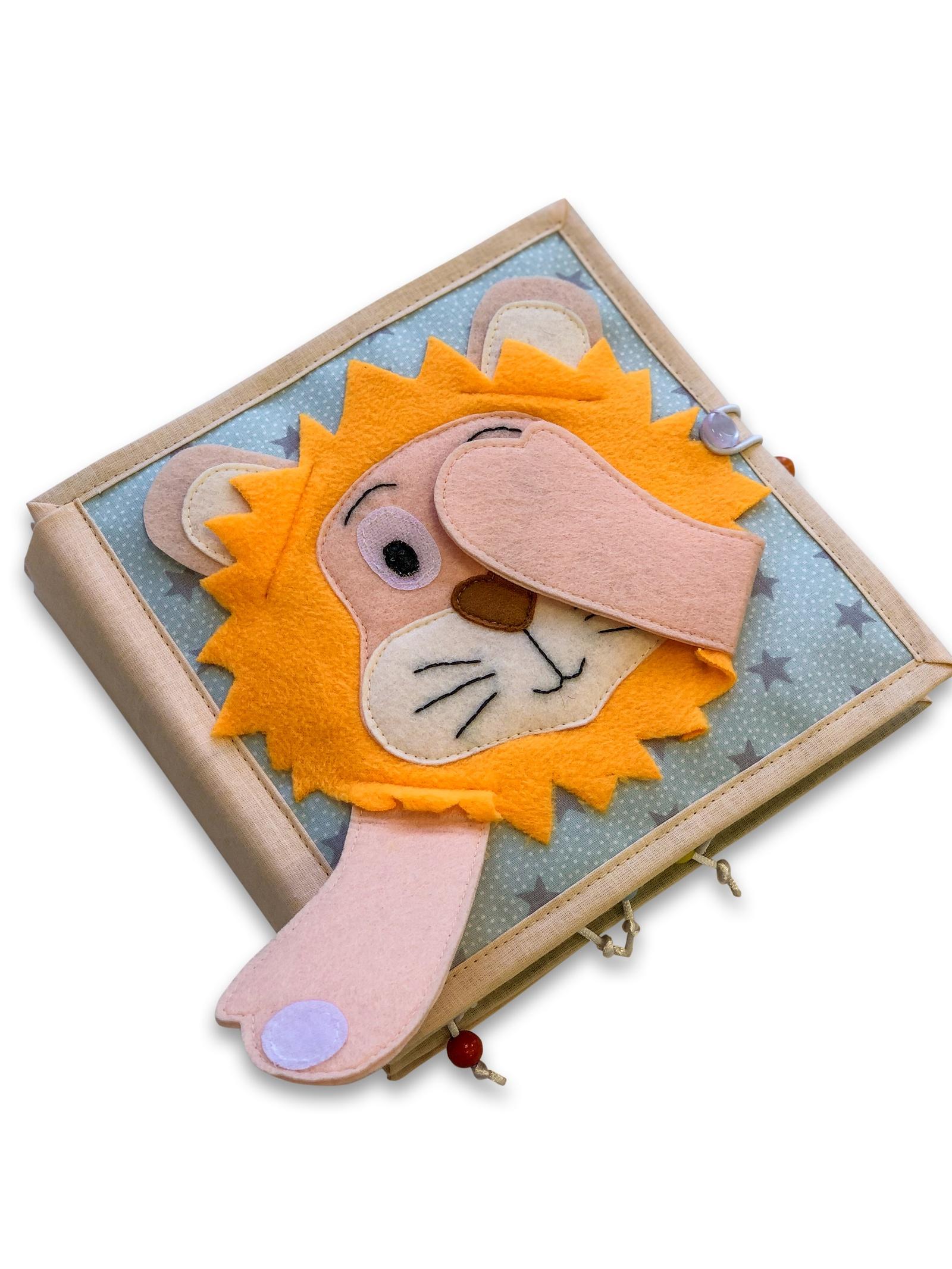 Книжка-игрушка Kykybook Большая книжка150602Наши книги вызывают WOW - эффект не только у детей, но и у взрослых. Отменное качество пошива, настоящая мамина любовь в каждой петельке. Книги можно стирать. Гарантия 5 лет. Размер 20х20 см, на возраст 12 мес+ и до 2-3 лет. 30 мин для спокойного чаепития маме гарантированы!!! А малыш проводит время с пользой для развития! Мягкая книга способствует развитию мелкой моторики малышей, что в следствии отвечает за развитие речи. С помощью наших книг у малышей вырабатываются такие способности, как развитие памяти, логики, воображения, усидчивости и т.д. Детали на липучках - от их хруста не один не останется равнодушным. Тактильные элементы. В книге присутствуют детали на кнопочках - отличный тренажер для маленьких пальчиков; изучение счета- все бусины со слюнозащитным покрытием; пальчиковый лабиринт по цветовой сортировке. И это все в одной игрушке!!!