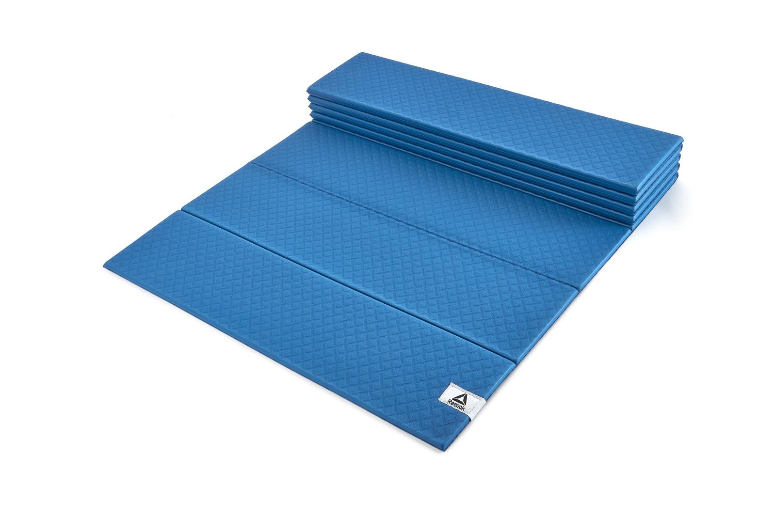 Мат Reebok нет, RAYG-11050BL, синийRAYG-11050BLРазработанный с использованием уникальной складной конструкции, складной коврик для йоги Reebok создает устойчивую поверхность, которая помогает дольше и стабильнее удерживать позы. Складная конструкция позволяет быстро раскладывать и складывать коврик, легко хранить и перевозить его, занимая совсем мало места, и сохранять при этом комфорт и долговечность. Плотный 6-миллиметровый коврик имеет надежное сцепление с полом. Коврик также имеет нескользящую основу, позволяющую минимизировать скольжение во время тренировки.