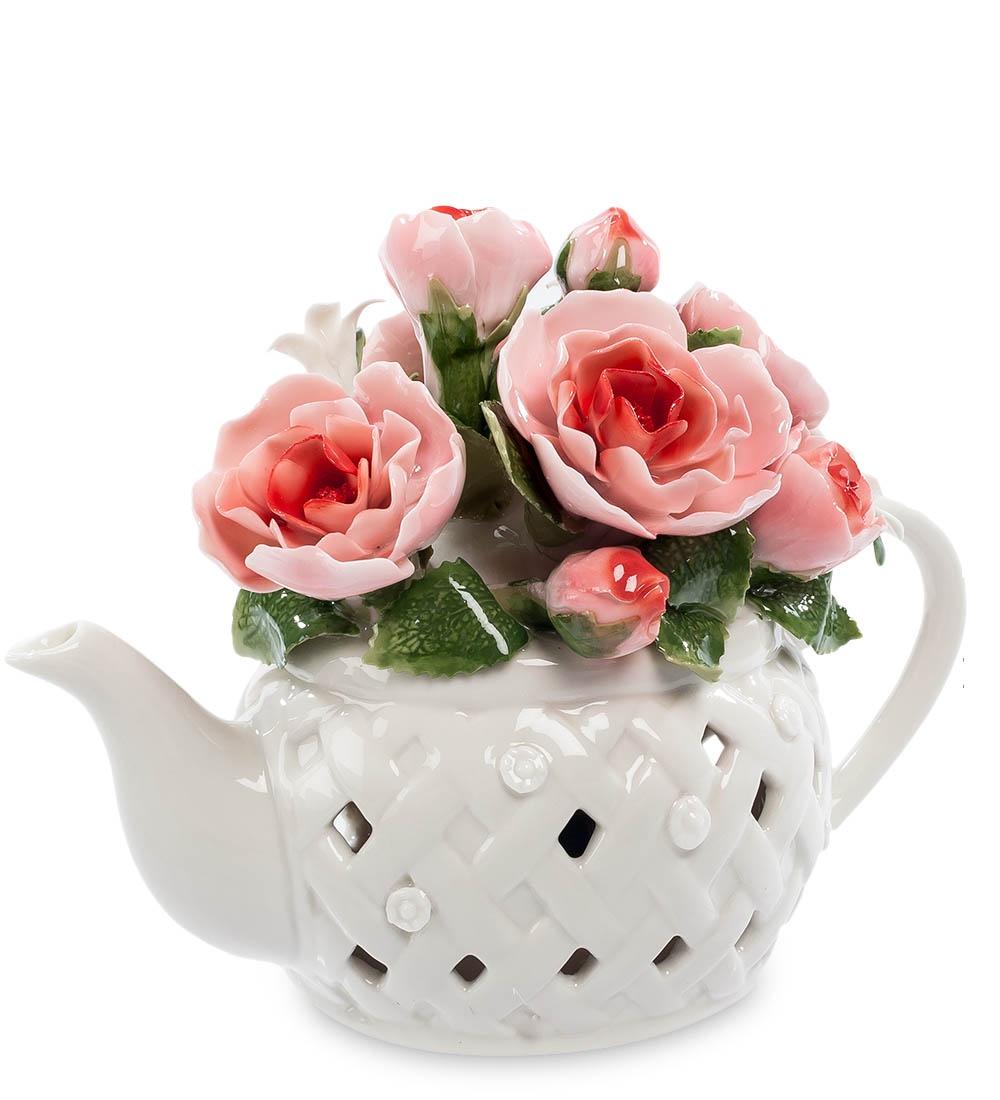 Композиция Pavone Чайник с цветами CMS-33/39, 106062106062Этот белый заварочный чайник на самом деле не предназначен для приготовления в нем чая. Он является основой для размещения прекрасной цветочной композиции из нескольких ало-розовых роз. Каждый фарфоровый лепесток кажется живым, на зеленых листиках видны прожилки, этот букет в чайнике выглядит очень красиво и способен в любое время года создать праздничное настроение. Но есть в чайнике и еще один секрет – в него встроен музыкальный механизм, который достаточно просто завести, чтобы полились звуки приятной музыки. Такой многоцелевой сувенир – превосходный подарок, украшающий комнату и радующий слух.