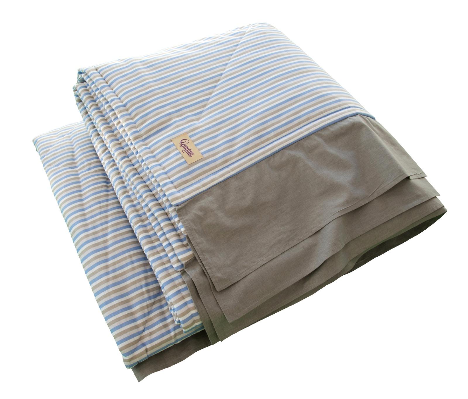 Одеяло детское Семейные ценности Одеяло-покрывало стеганое Французский шик с серой оборкой, темно-серыйПС2018/12-4Изделие выполнено из натуральной хлопчатобумажной ткани в полоску приятных оттенков - светло-синий, серый и белый. Отделка однотонная серого цвета. Благодаря деликатному рисунку и общей элегантной стилистике одеяло-покрывало отлично подойдет для мальчика-подростка и составит стильный комплект к наволочкам и простыни из коллекции. Изделие легко стирается в машинке. 180 см * 200 см. Хлопок 100%. Наполнитель одеяла: синтепон.