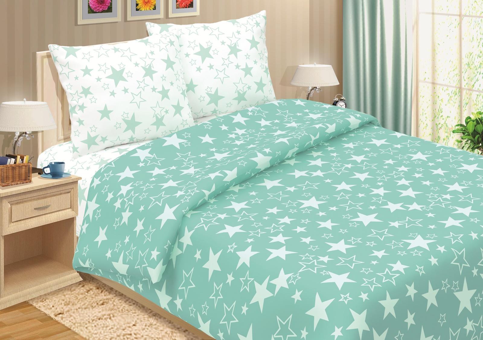 Комплект постельного белья ТК Традиция 2 спальный, бирюзовый1205/ЗвездыКомплект постельного белья «Pastel», изготовлен из набивного поплина плотностью 118 гр/кв.м. Поплин - хлопчатобумажная ткань, благодаря плотному переплетению нитей имеет высокую прочность и гладкость.Ткань мягкая и приятная к телу. Полотно, покорившее Европу, а за ней и весь мир, сегодня самый востребованный материал для постельного белья. Ткань не линяет, естественная усадка не превышает норму, обладает низкой сминаемостью, качество пошива фабричного уровня. Наволочки и пододеяльник комплекта сшиты из основной ткани, простыня из ткани-компаньона, что придает белью особый стиль. Пододеяльник имеет прорезь, наволочки - клапан, простыня содержит открытые кромки. Предложенная комплектация может незначительно отличаться от фотоизображения.