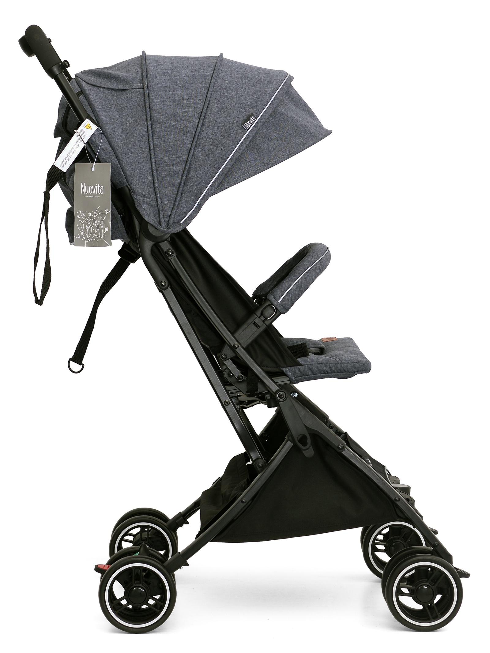 Коляска прогулочная Nuovita VeroNUO_А6_800Прогулочная коляска Nuovita Vero — это классическая коляска-книжка с удобным посадочным местом для малыша в возрасте от шести месяцев до 3-х лет. Ширина сиденья данной модели 30 см, глубина 20см, а высота спинки сидения 43см. При раскладывании спинки, которое осуществляется при помощи встроенного в каркас ремня, угол наклона регулируется в радиусе от 100 до 175 градусов. Благодаря этому образуется спальное место для ребенка размером 64х30см. Для надежной фиксации малыша на сидении предусмотрены 5-точечные ремни безопасности с мягкими накладками, межножный ограничитель и защитный съемный бампер с накладкой из текстиля. Для того, чтобы малыша было удобно посадить в коляску, бампер откидывается в сторону. Также бампер можно просто убрать, если в нем нет надобности. Конструктивной особенностью данной модели является отсутствие подножки. Коляска имеет удобный капор, который бесшумно регулируется двумя положениями и имеет дополнительный козырек от солнца. На капоре предусмотрены 2 окошка для вентиляции и обзора, а также карман для хранения мелких вещей. Обивка изготовлена из специальной влаго- и ветроустойчивой ткани. Это 300D лен — материал с пропиткой, которая создает защиту от намокания и выцветания, а также легко поддается очистке. Родительская ручка имеет мягкую накладку из поролона. Рама выполнена из алюминия, имеет классическую конструкцию и снабжена двойными колесами с амортизацией. Передние колеса предоставляют возможность разворота на 360 градусов, обеспечивая коляске лег...