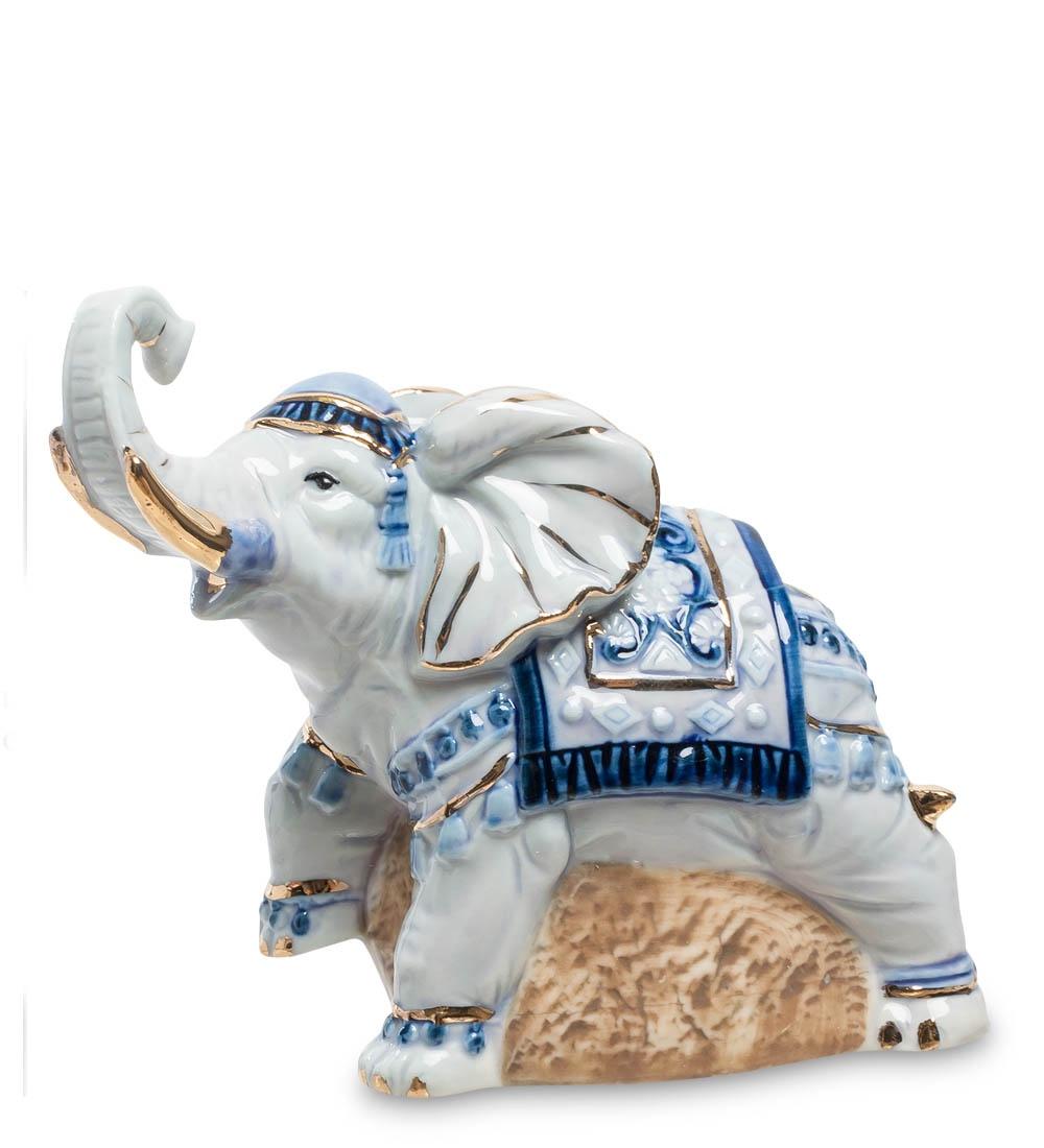 Фигурка декоративная Pavone СлонJP-11/26, 1021310213Фигурка Слона длиной 10 см. Слон - символ мудрости, проницательности, доброжелательности и долголетия. Этот стильный подарок подойдёт абсолютно каждому! Слон издавна символизирует мудрость и долголетие. Наш слоник одет парадно, то ли к празднику его богато оформили, то ли хозяин его всегда так роскошно наряжает. Что ж, в этом наряде – пожелание: не рабочим слоном быть, а достойным хозяином жизни. Слоник приподнял одну из передних лап, весь потянулся вперед и трубит свою торжественную песню. Поставьте статуэтку слоника в своей комнате – и он всегда будет с радостью вас встречать, трубя от радости и нетерпеливо переступая с ноги на ногу – хозяин пришел! Радость-то какая!